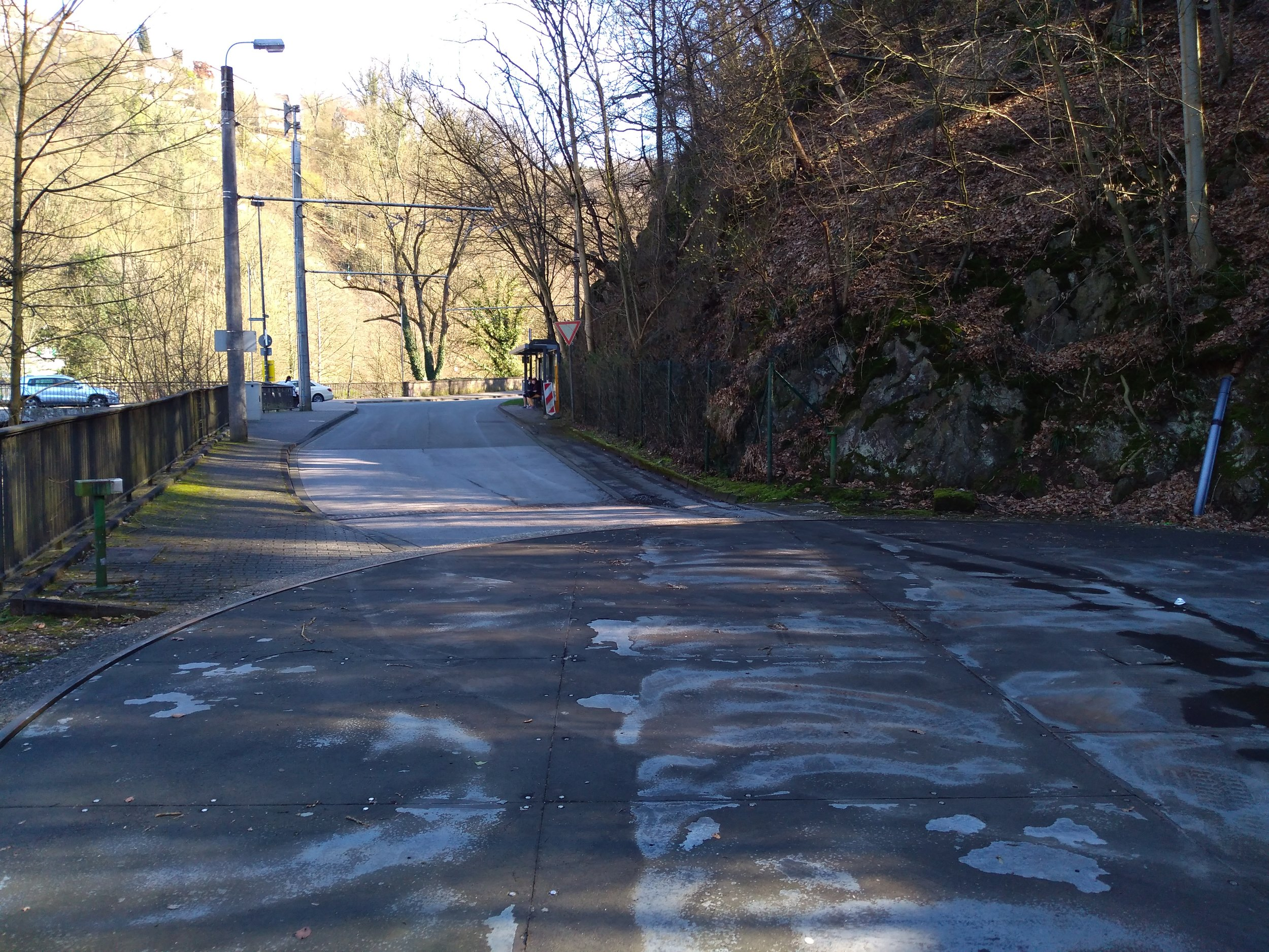 Je libo trolejbusový kolotoč? V Solingenu je možné toto přání vyplnit na stále funkční točně Unterburg ležící na katastru městské části Burg an der Wupper. Točna je už ale 10 let využívaná pouze historickými vozidly, neboť 15. listopadu 2009 došlo k prodloužení linky č. 683 za most přes řeku Wupper (na snímku vlevo, kde je šedé auto), a to s pomocí trolejbusů vybavených pomocným dieselagregátem. Protože toho dne začaly Stadtwerke Solingen nasazovat už jen kloubové trolejbusy, nemůže být smyčka pravidelně využívána. Připomeňme, že většina posledních solingenských sólo vozů byla typu MAN SL 172 HO a skončila v ukrajinském  Mariupolu . (foto: Vít Hinčica)