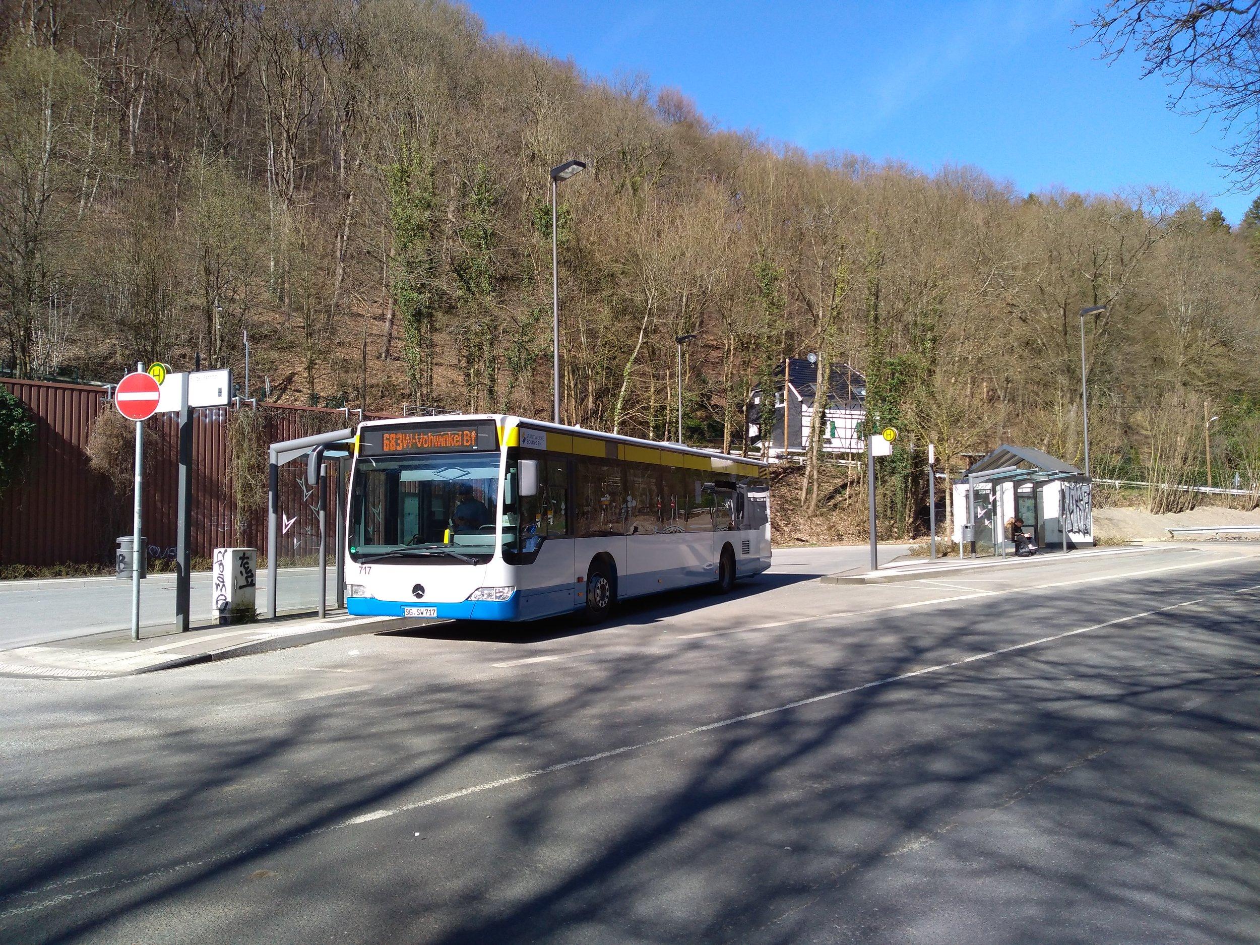 Konečná linky 683 Burger Bahnhof. Až sem zajíždějí od roku 2009 ze Solingenu trolejbusy, kvůli stavebním pracím, t. č. nerealizovaným, je ale zavedena na koncovém úseku předmětné linky náhradní autobusová doprava, a to už několik dlouhých měsíců.