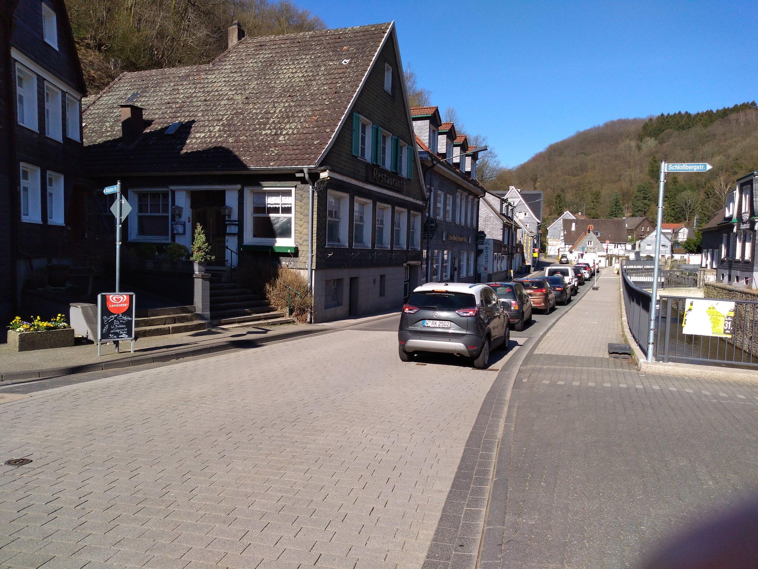 Pohled od mostu směrem k asi km vzdálené konečné Burger Bahnhof.