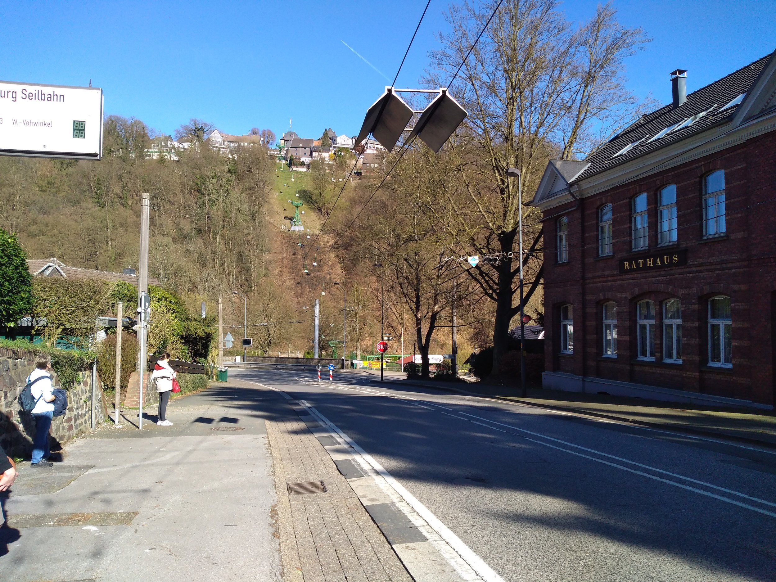 Trolejbusy se musí při návratu do Solingenu natrolejovat, k čemuž jim slouží v zastávce Burg Seilbahn tyto stříšky.
