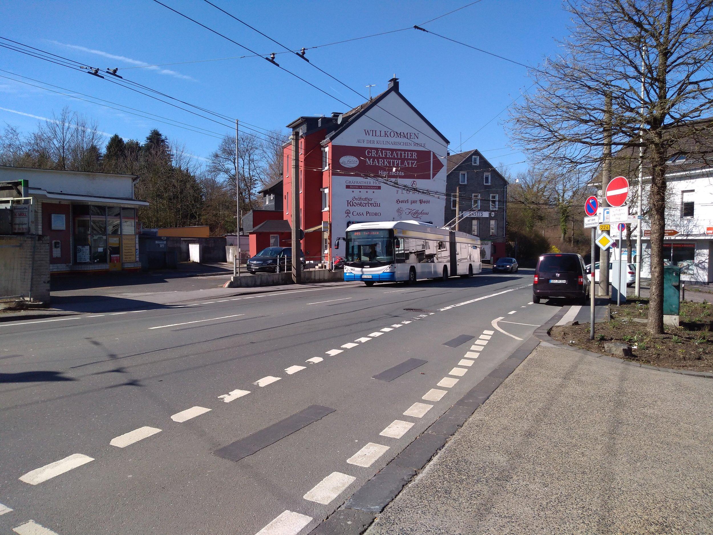 U nácestné smyčky Gräfrath, v běžném provozu nevyužívané. Trolejbus jede z Wuppertalu do Solingenu a právě vyšplhává kopec.