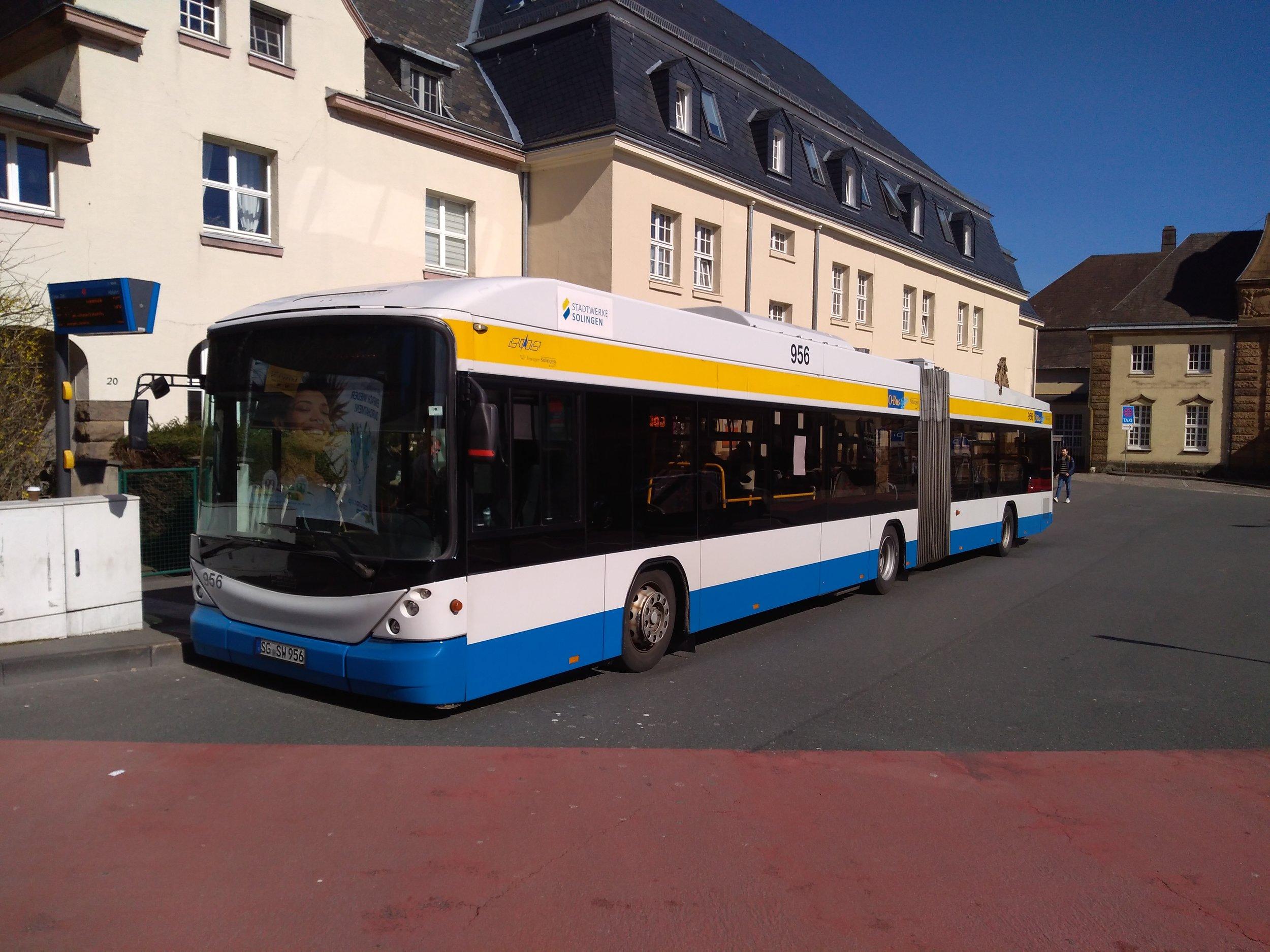 Konečná Vohwinkel Bahnhof ve wuppertalském obvodu Vohwinkel je obsluhovaná trolejbusovou linkou 683 a názorně ukazuje, že je možné trolejbusy propojovat i spolu sousedící města. Do Wuppertalu trolejbusová trať vede, jenže posledních zhruba 500 m k danému nádraží je nezatrolejovaných, neboť podjezd pod železniční tratí je pro vedení trolejí příliš nízký (a snížení úrovně vozovky značně nákladné) a vlastnické poměry na konečné u nádraží zřízení trolejového vedení zatím neumožnily.