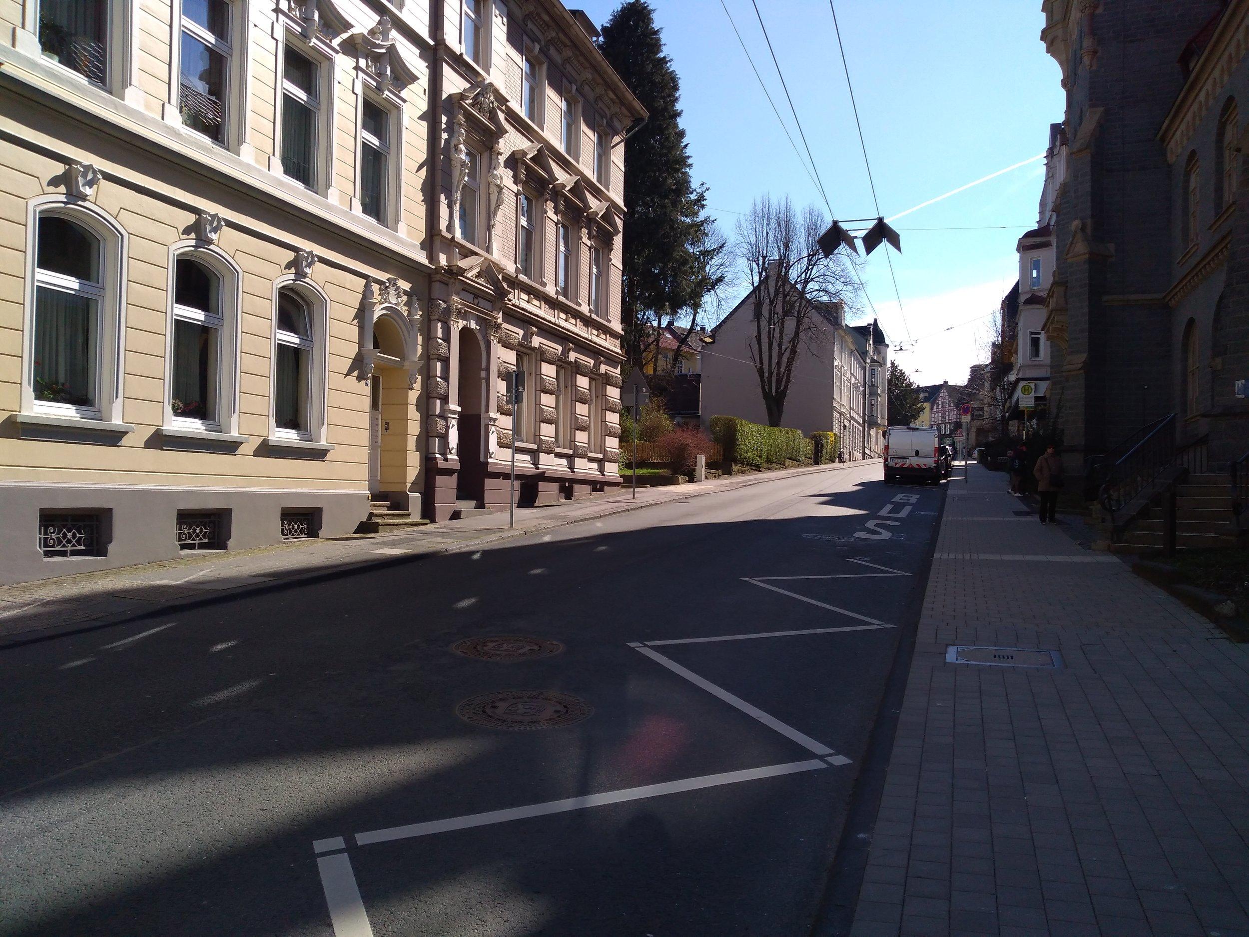 Tady vidíme trolejovou stopu trojúhelníkové blokové smyčky zblízka. Tato část je jediná ze smyčky využívaná a slouží trolejbusům ve směru do Solingenu. O kousek výše končí druhá stopa, která patří trolejbusům jedoucím ze Solingenu.