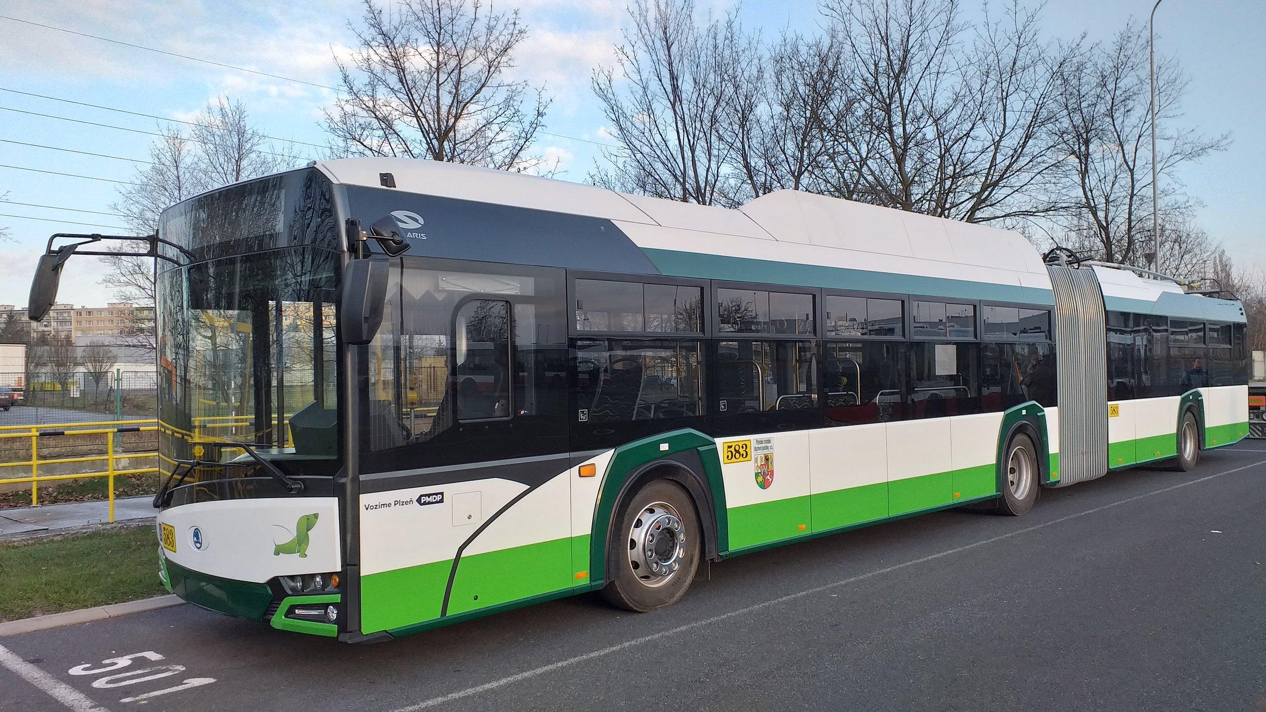 Trolejbus Škoda 27 Tr v pražských garážích Klíčov. (foto: Šimon Hořický)