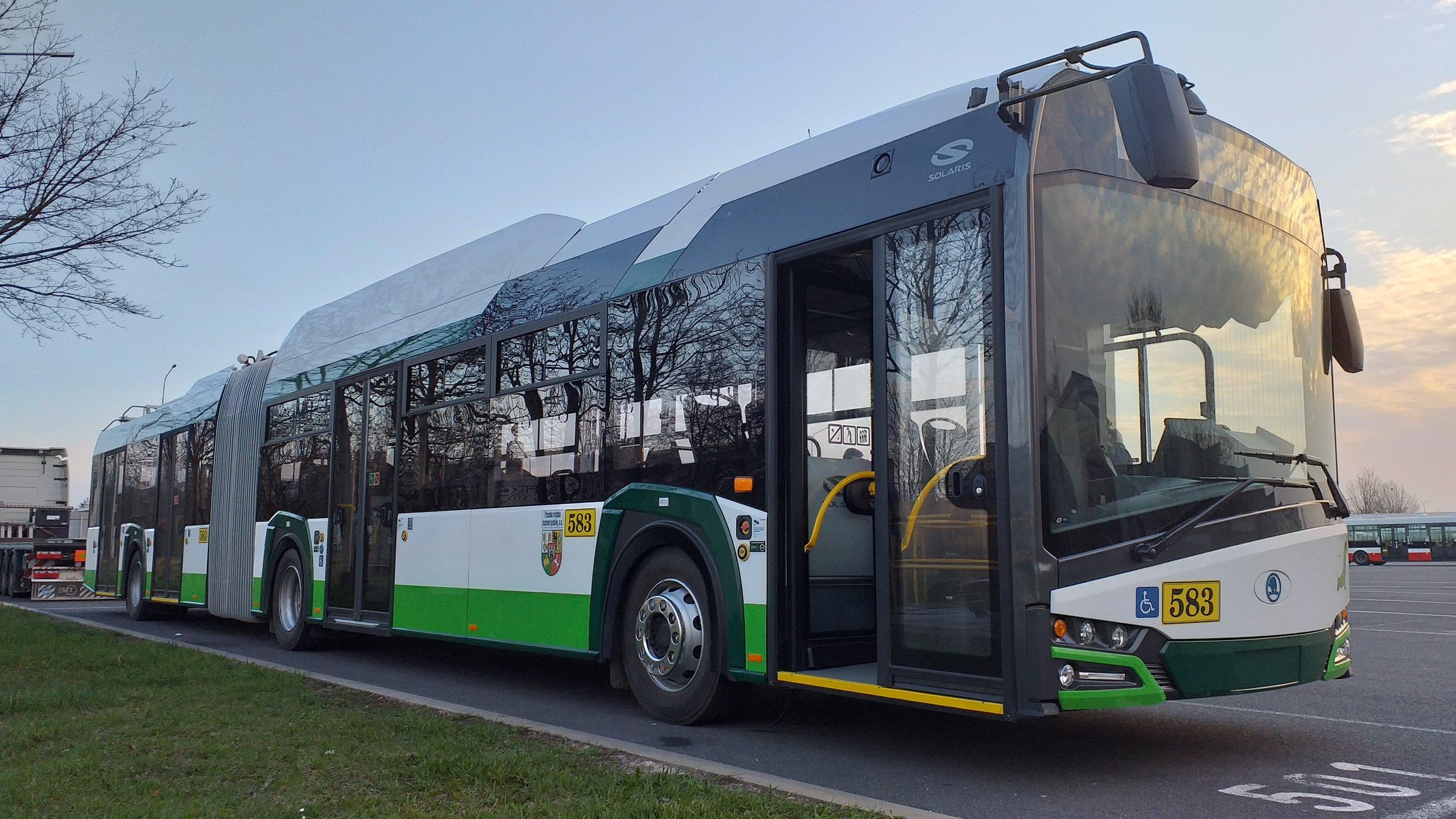 První kloubový parciální trolejbus dorazil do Prahy. Jen na zkoušku. (foto: Šimon Hořický)