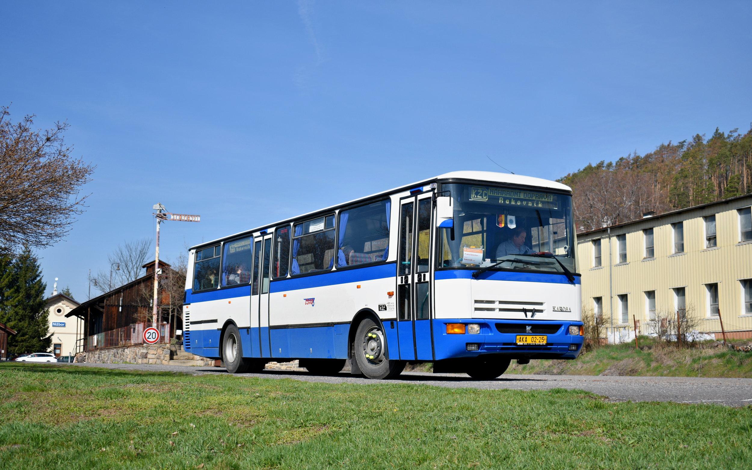 Karosa C934E.1351 ex-5973 manipuluje v prostoru nakladiště ve stanici Nižbor, aby se za chvíli mohla vydat do Zbečna a dále do Rakovníka jako R 1571. (foto: Matěj Stach)