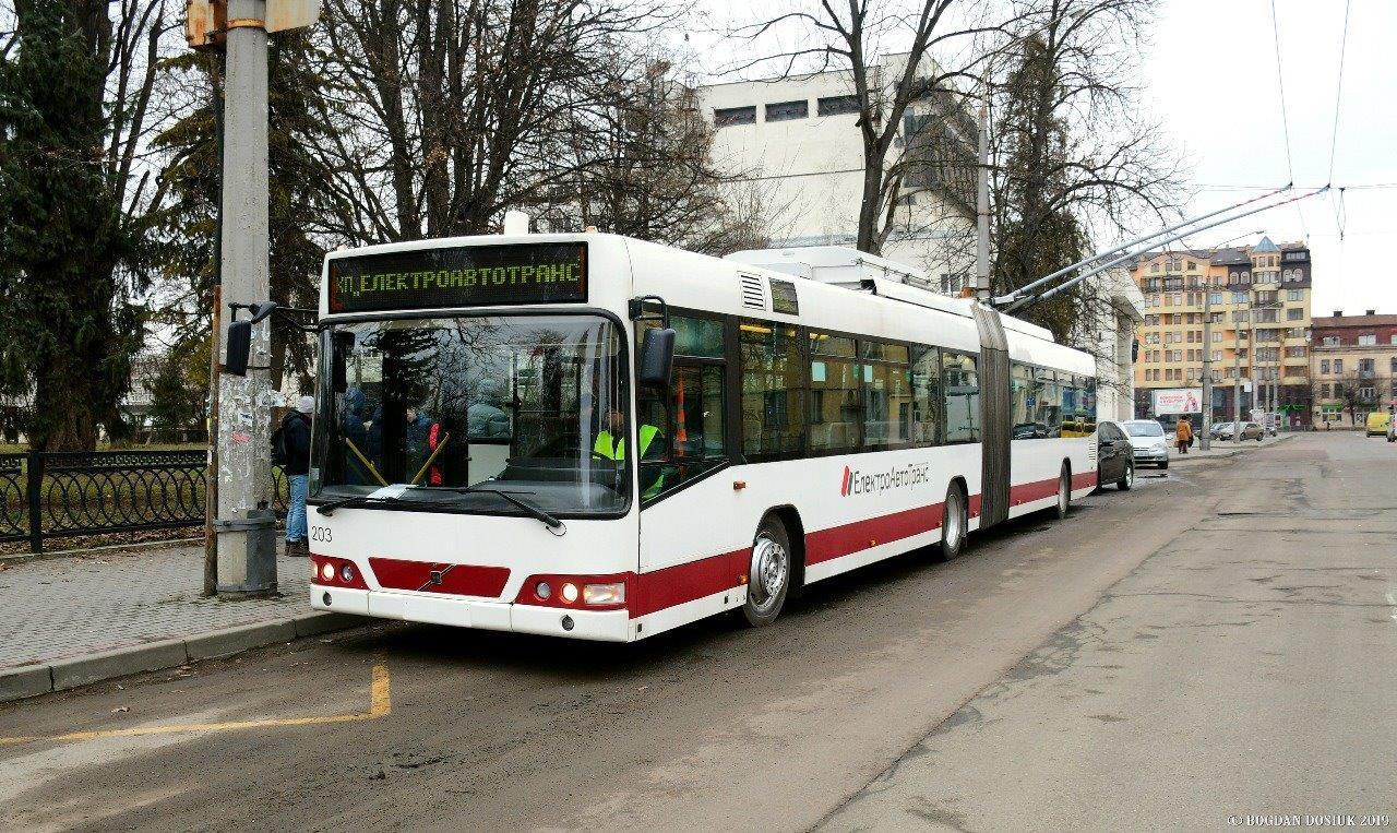 Z oranžové na červeno. Ex-linecký vůz ev. č. 218 byl v Ivano-Frankovsku označen ev. č. 203. Na snímku je zachycen během zkušební jízdy dne 28. 2. 2019. (foto: Andrii T.)