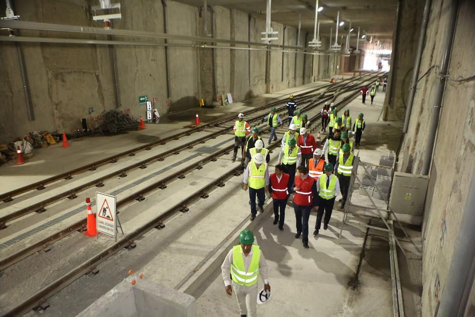 Snímky z března a počátku dubna 2019 ukazují pokračující stavební práce. Na některých místech, která jsou již dostatečně bezpečná pro veřejnost, probíhají i během dokončovacích prací komentované prohlídky. (foto: 3x Metro de Quito)