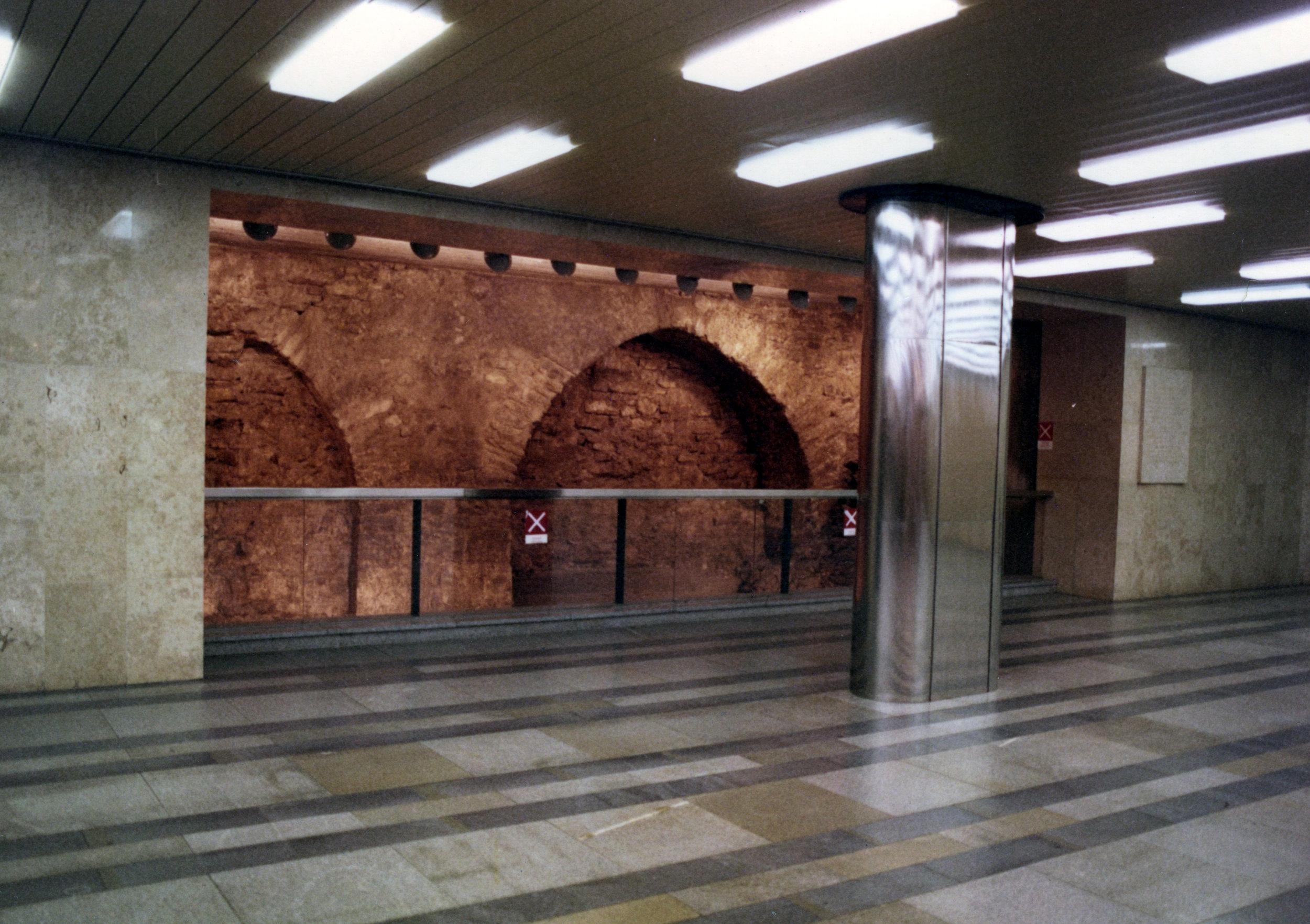 Středověký můstek , jenž vedl v minulosti přes hradní příkop, byl objeven při výstavbě stanice metra a zakomponován do vestibulu stanice. (foto: archiv DPP)