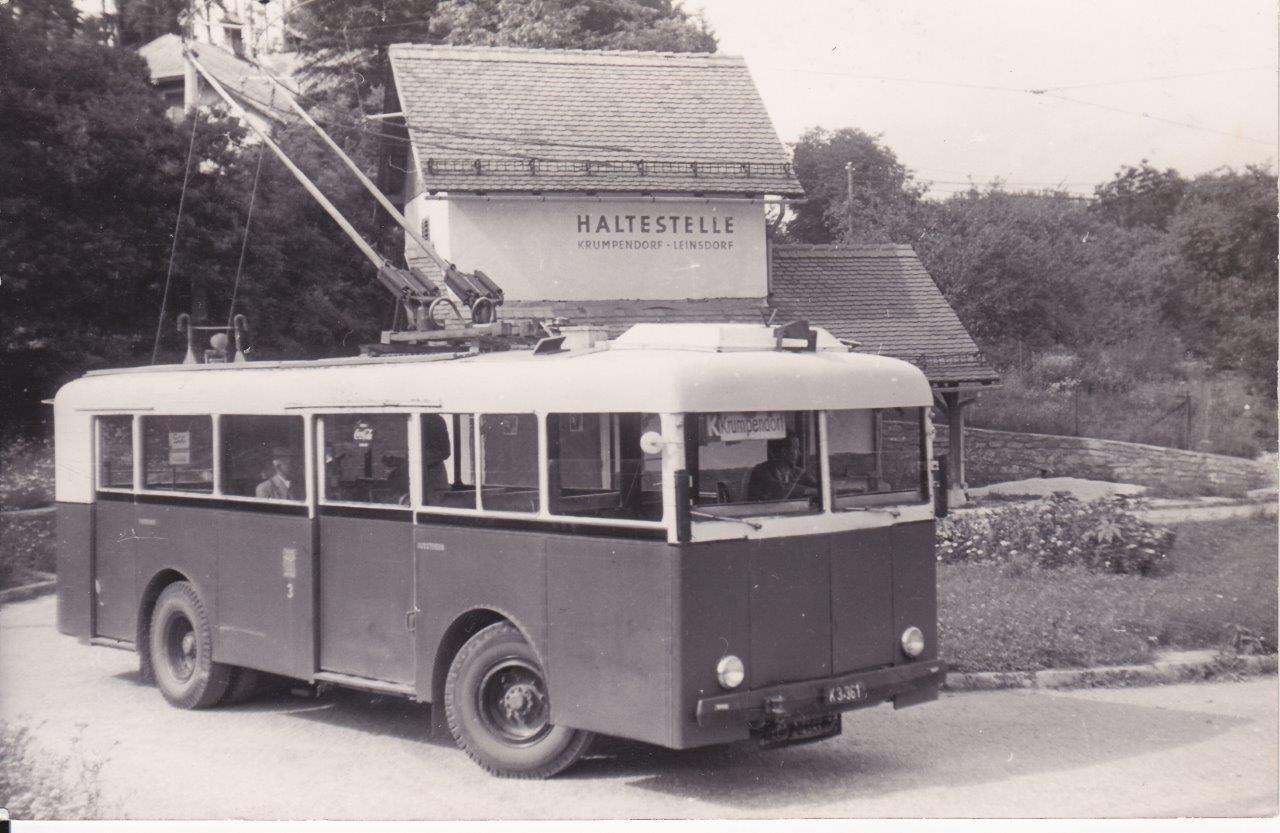 Trolejbusy jezdily v Klagenfurtu v letech 1944-63. Trolejbusy obsluhovaly městskou linku P a meziměstskou linku K. Právě na druhé lince je zdokumentován vůz Schumann (s podvozkem Henschel a elektrickou výzbrojí od Siemense) z roku 1944. Snímek pochází z roku 1956. (foto: Gerhard Mayr)