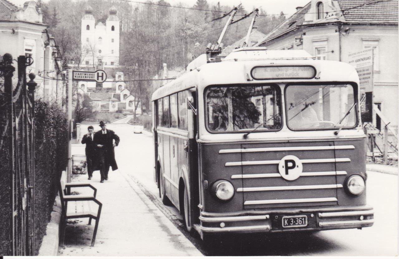 Na snímku je tentýž typ trolejbusu jako na horní fotografii, avšak již s novou vozovou skříní od Maschinenfabrik Moschner. Novou skříň obdrželo 6 z 8 vozů v letech 1957 a 1960. O tři roky později vyjely trolejbusy naposledy. (foto: Hans Lehnhart )