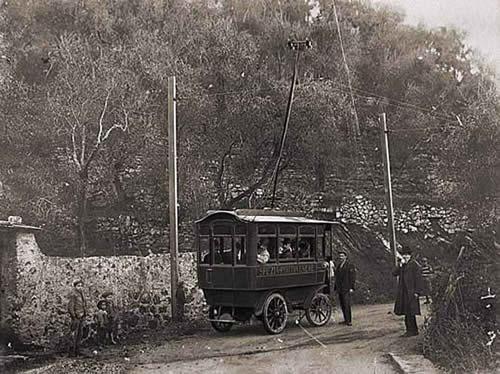 Trolejbusy se na trati La Spezia – Fezzano objevily v roce 1906, avšak příliš se neosvědčily: jednak měly problémy s izolací a jednak s brzdami. Kvalita tehdejších silnic jim dávala také zabrat, a proto už roku 1909 ustoupily tramvajím. Je až s podivem, že tyto z dnešního pohledu primitivní stroje vydržely jezdit celé tři roky. (zdroj: Wikipedia.org)
