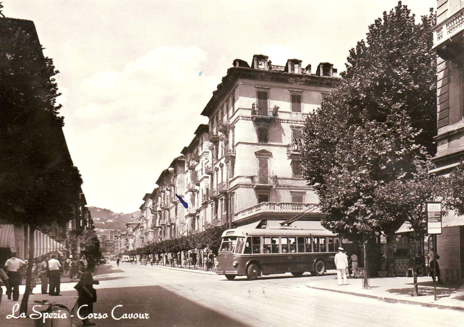 Tato stará pohlednice zaujme nejen trolejbusem... (foto: archiv Zdeňka Sýkory)