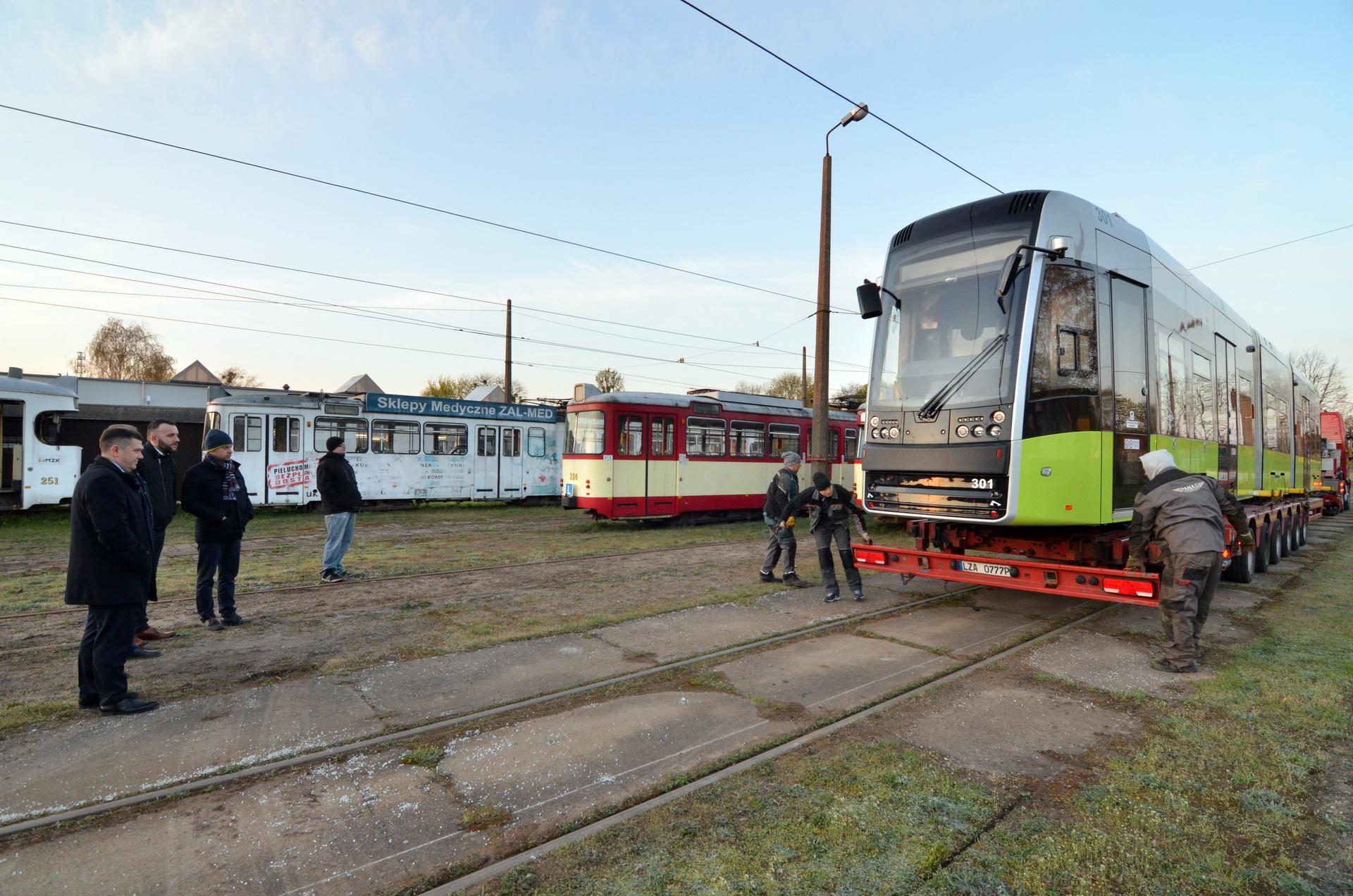 Příchod první tramvaje byl očekáván také politiky. (foto: Bartłomiej Nowosielski)