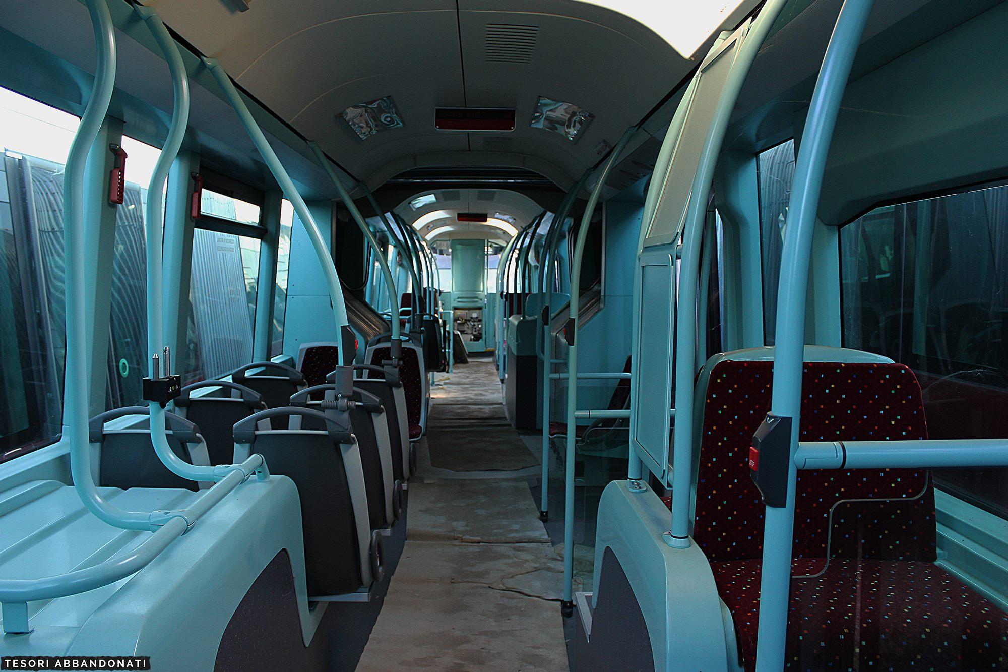 Na těchto sedadlech nikdy žádný cestující neseděl. (foto:  Tessori Abbandonati )