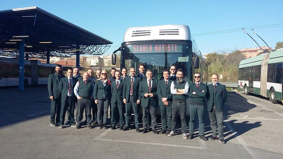 Noví řidiči trolejbusů. Na snímku jich ovšem není 35. (foto: ATAC)