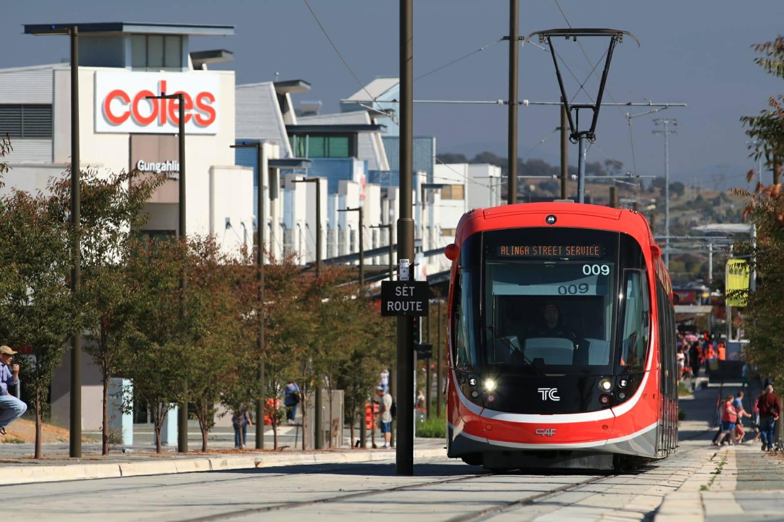"""Canberra má svou tramvaj, oficiálně zvanou jako """"lehké metro"""". (foto: 2x Canberra Metro)"""