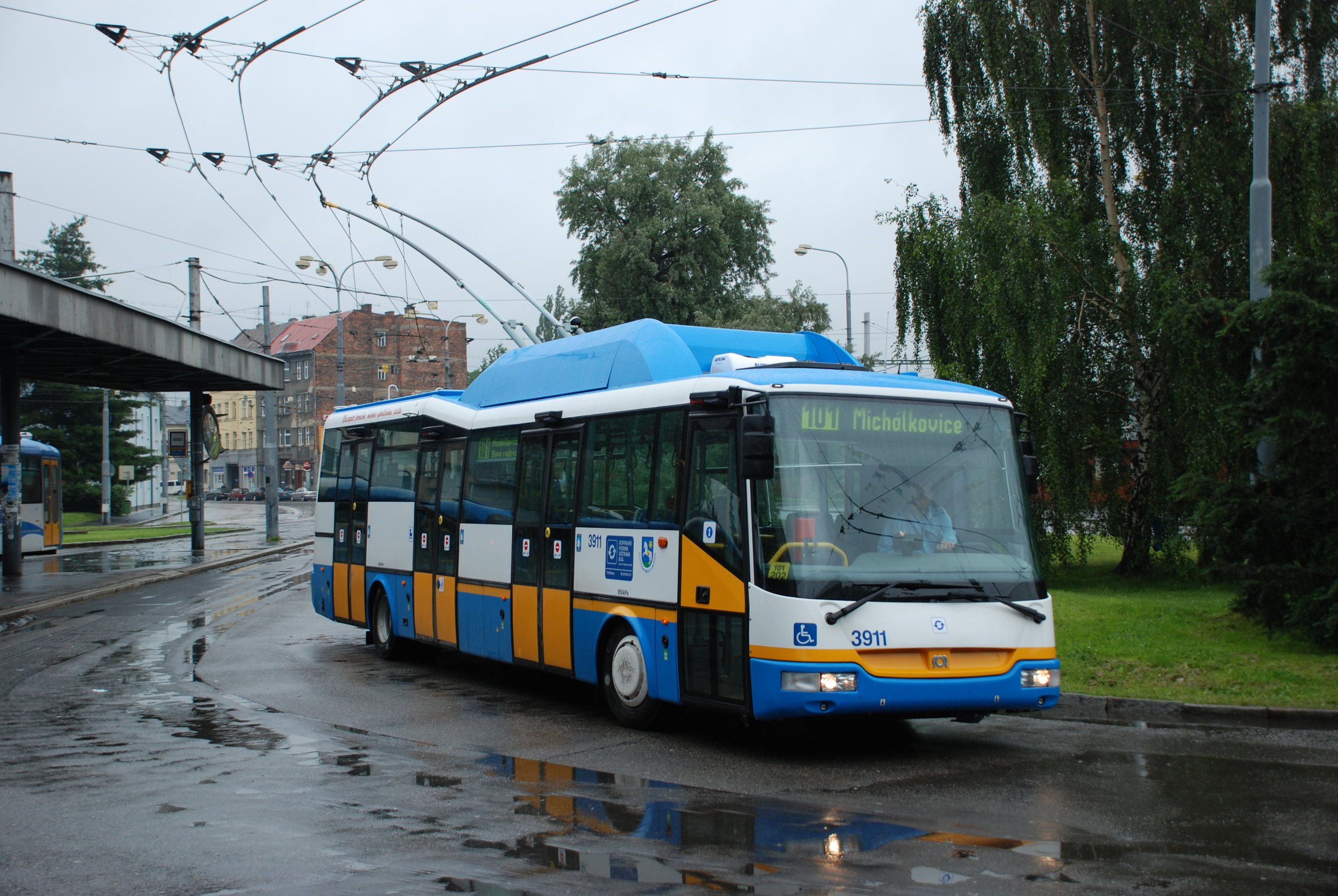 Trolejbus SOR TN 12C ev. č. 3911 ostravského DP na smyčce Hlavní nádraží. (foto: Libor Hinčica)