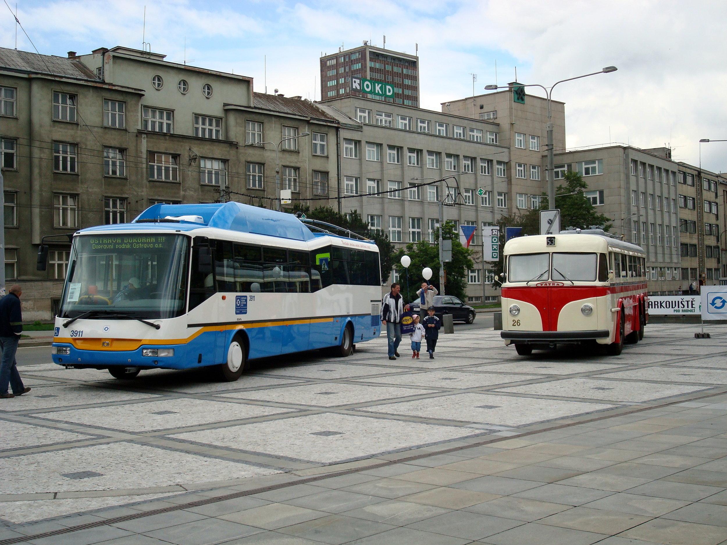 Trolejbus SOR TN 12C ev. č. 3911 ve společnosti historického vozu Tatra 400 na Prokešově náměstí v Ostravě při akci Ostrava dokořán. (zdroj: Wikipedia.org, foto: Petr Dadák)