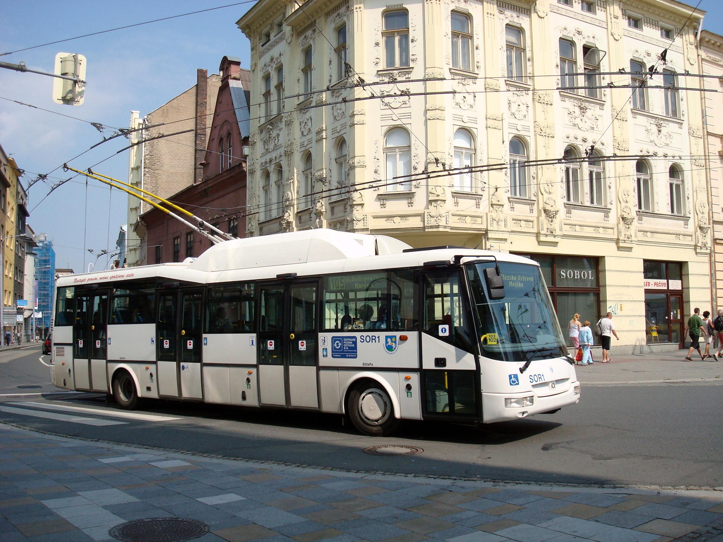 Trolejbus s automatickou převodovkou Praga. Prototyp SOR TN 12A ev. č. SOR1 ve službách ostravského DP během zkoušek dne 15. 8. 2009. (zdroj: Wikipedia.org, foto: Petr Dadák)