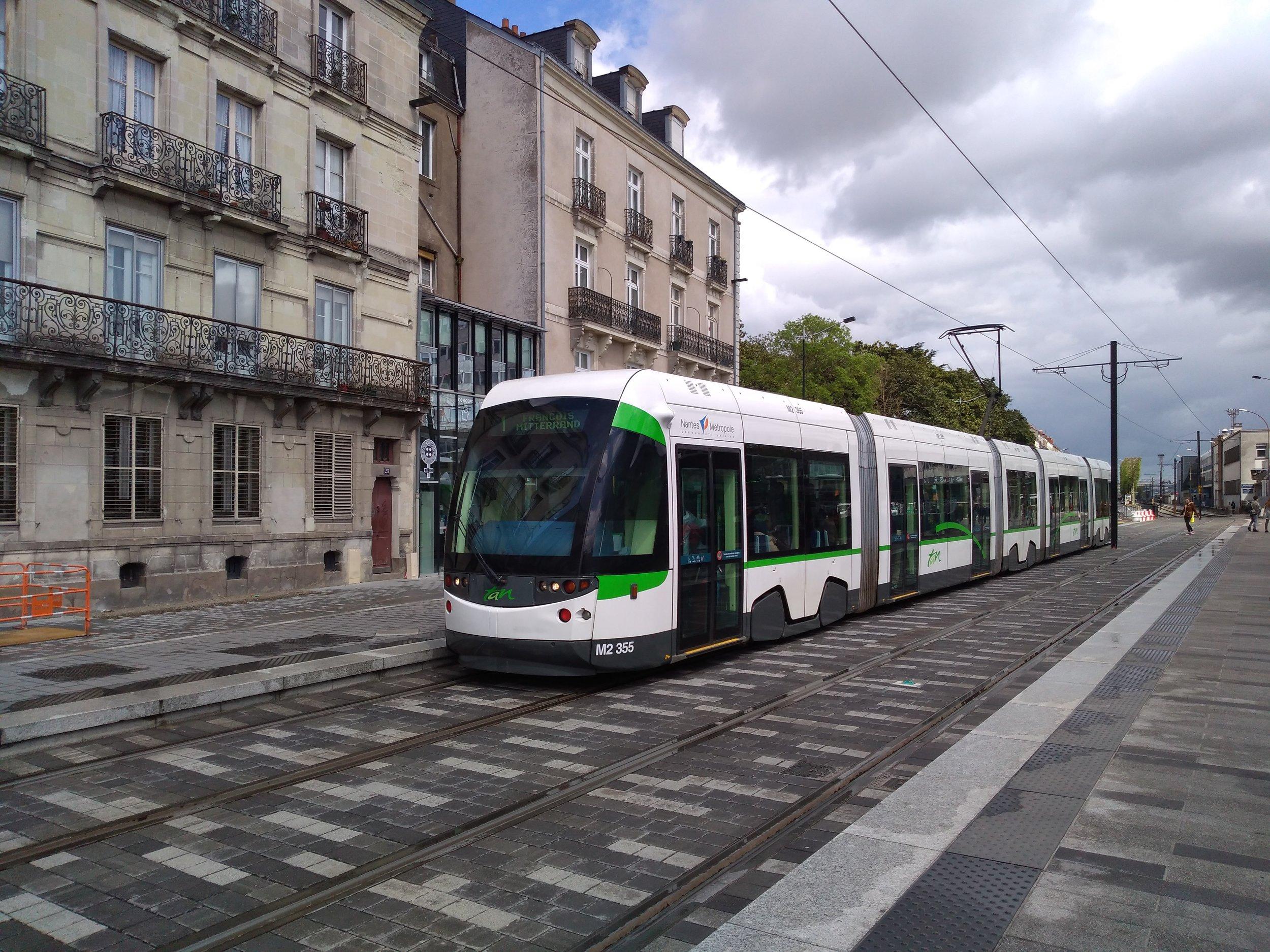 Městské tramvaje nejsou s vlakotramvajemi nijak propojeny, což je určitým mínusem, neboť dostat se z nástupiště vlakotramvaje do centra města není zrovna krátká procházka. Do budoucna se plánuje propojení obou systémů, které bylo ostatně studováno již před více než 10 lety, ale pak zejména z finančních důvodů bylo zastaveno. Je vhodné upozornit na celkové estetické provedení tramvajového provozu, na kterém si v Nantes, podobně jako ve většině moderních francouzských tramvajových provozů, dali velmi záležet. (foto: Vít Hinčica)