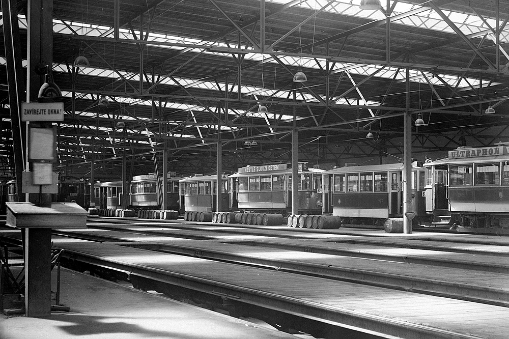 Odstavené dvounápravové vozy ve vozovně Kobylisy. (foto: archiv DPP)