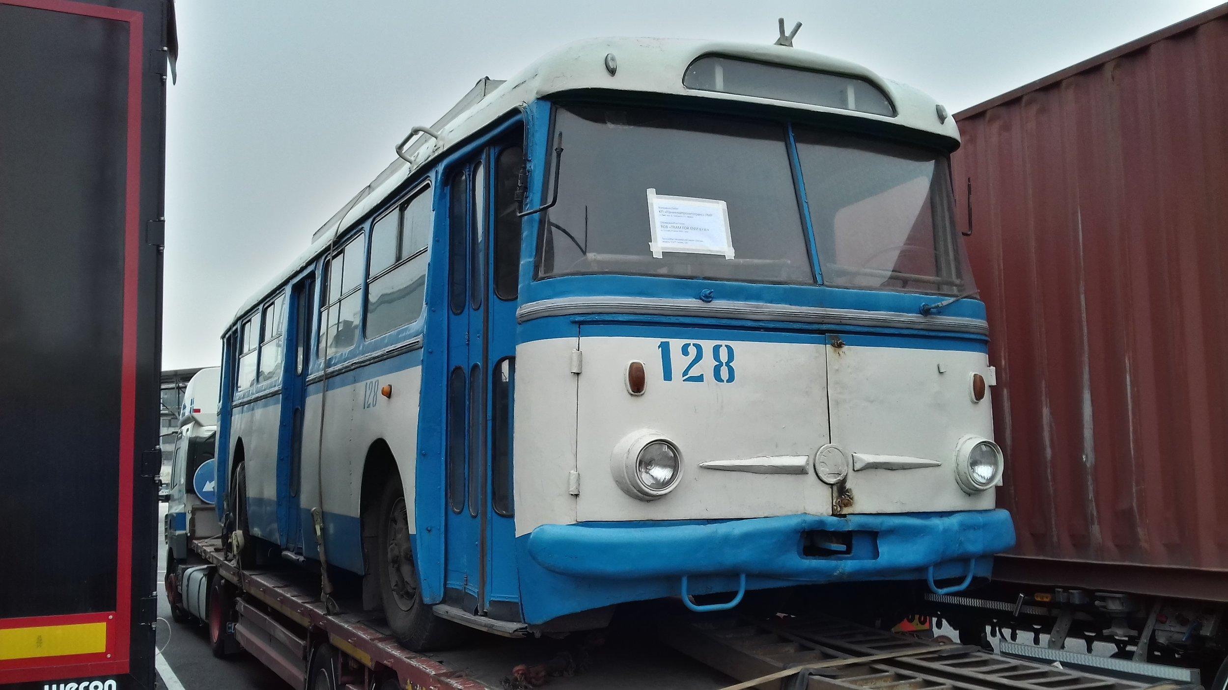 Trolejbus Škoda 9 TrHT28 v Paskově při převozu do Brna.