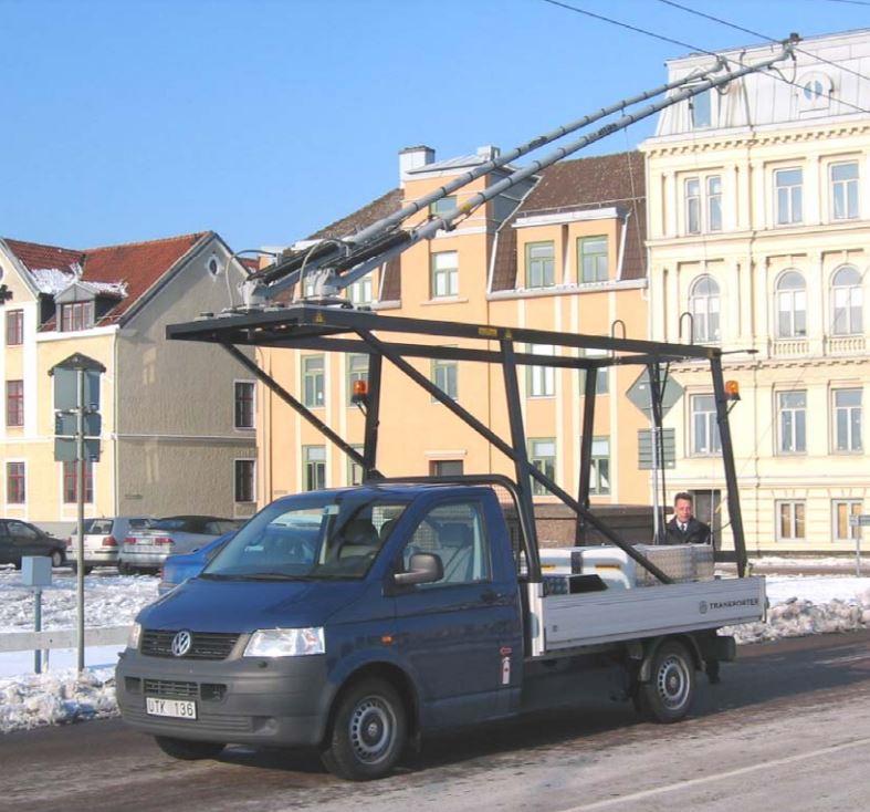 Auto na rozmrazování troleje je nasazováno od 23. prosince 2004. Vzniklo z valníku značky Volkswagen a pořízeno bylo v reakci na první zimní sezónu provozu 2003/2004, kdy byl kvůli námraze na troleji provoz trolejbusů na 32 hodin zastaven. Věžku v landskronském trolejbusovém provozu nemají, a tak si musí pronajímat pro údržbu trolejového vedení montážní plošinu. Ve městě se ještě ve dnech 23. až 30. září 2003 objevil historický trolejbus (ex-Kodaň, ev. č. 101, r. v. 1938), o který se stará dánské muzeum Straßenbahnmuseum Skjoldenæsholm. (foto: Landskrona kommun)