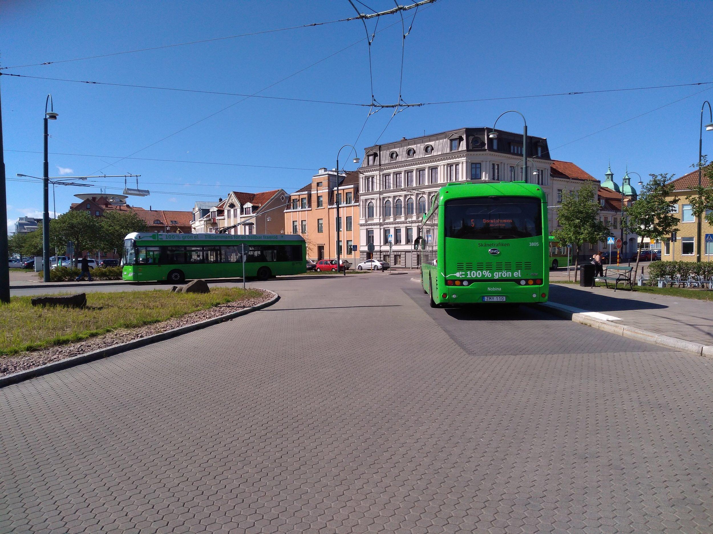 Trolejbus s novým elektrobusem.