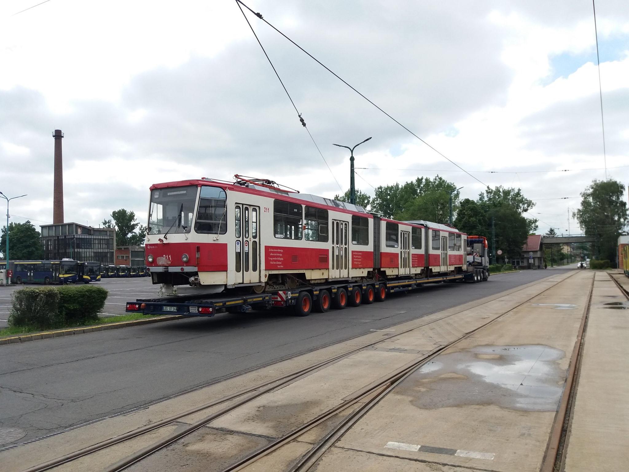 Tramvaj KT8D5 ev. č. 211 byla vyrobena v roce 1986. Do roku 1996 sloužila v Mostě. (foto: MVK Zrt.)
