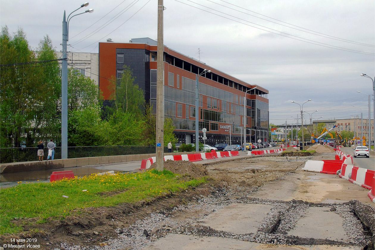 Tři snímky ukazují stavbu úseku od Irinovskogo prospektu k ul. Potapova.