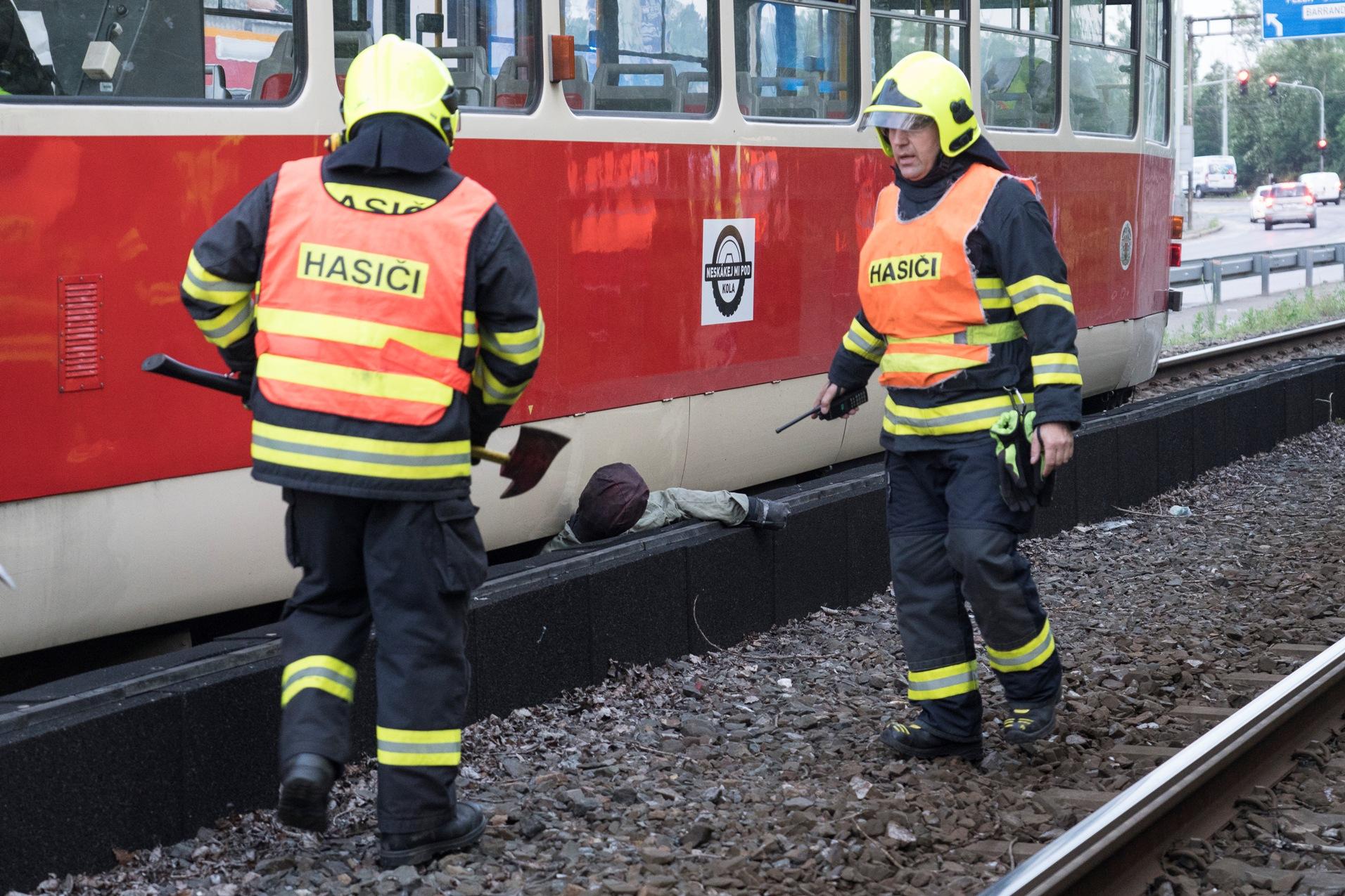 Cvičení hasičů u nízké protihlukové stěny. (foto: ČVUT)