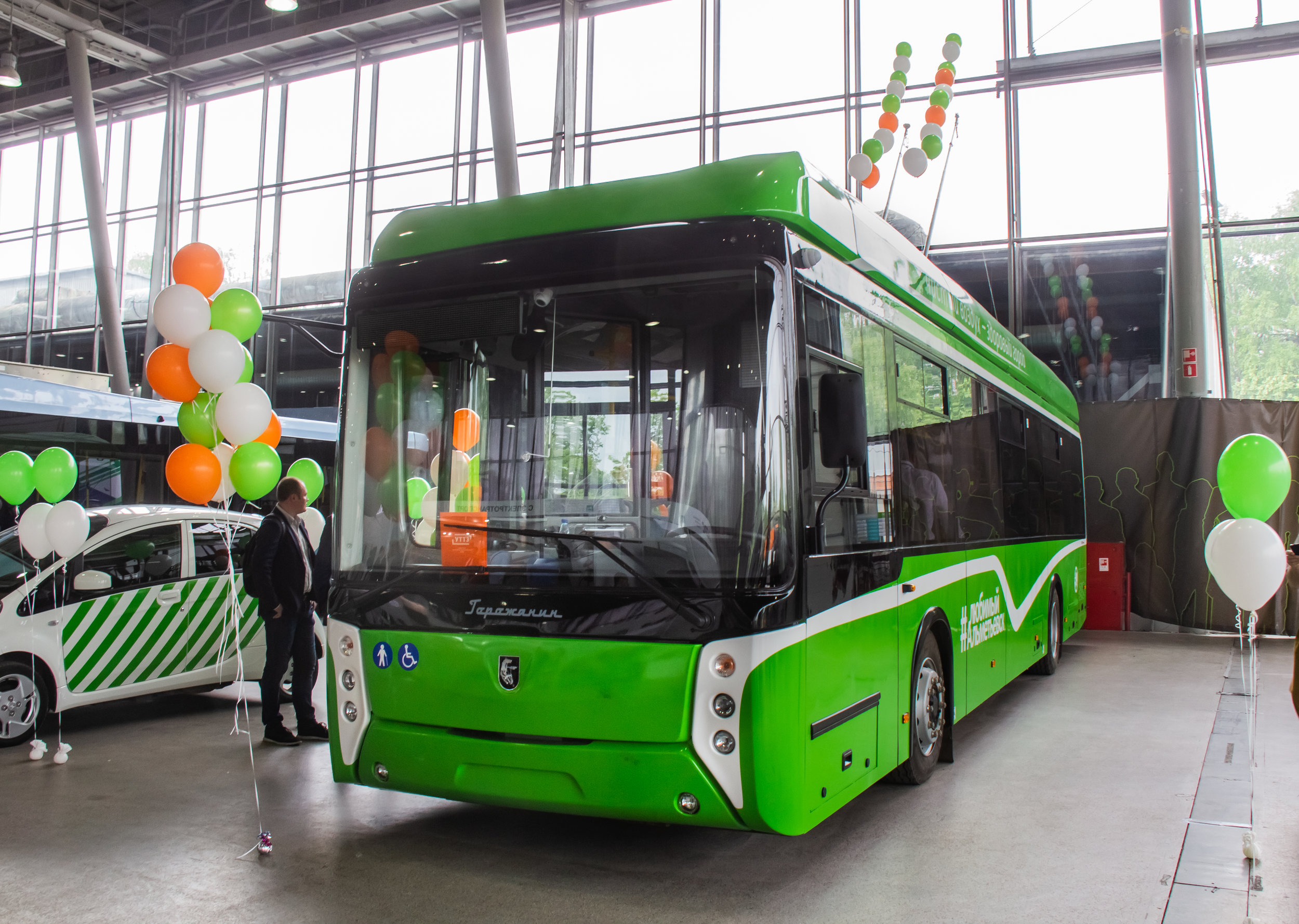 Parciální trolejbus od UTTZ se prezentoval nejen s novou barvou, ale i desítkami barevných balónků okolo.