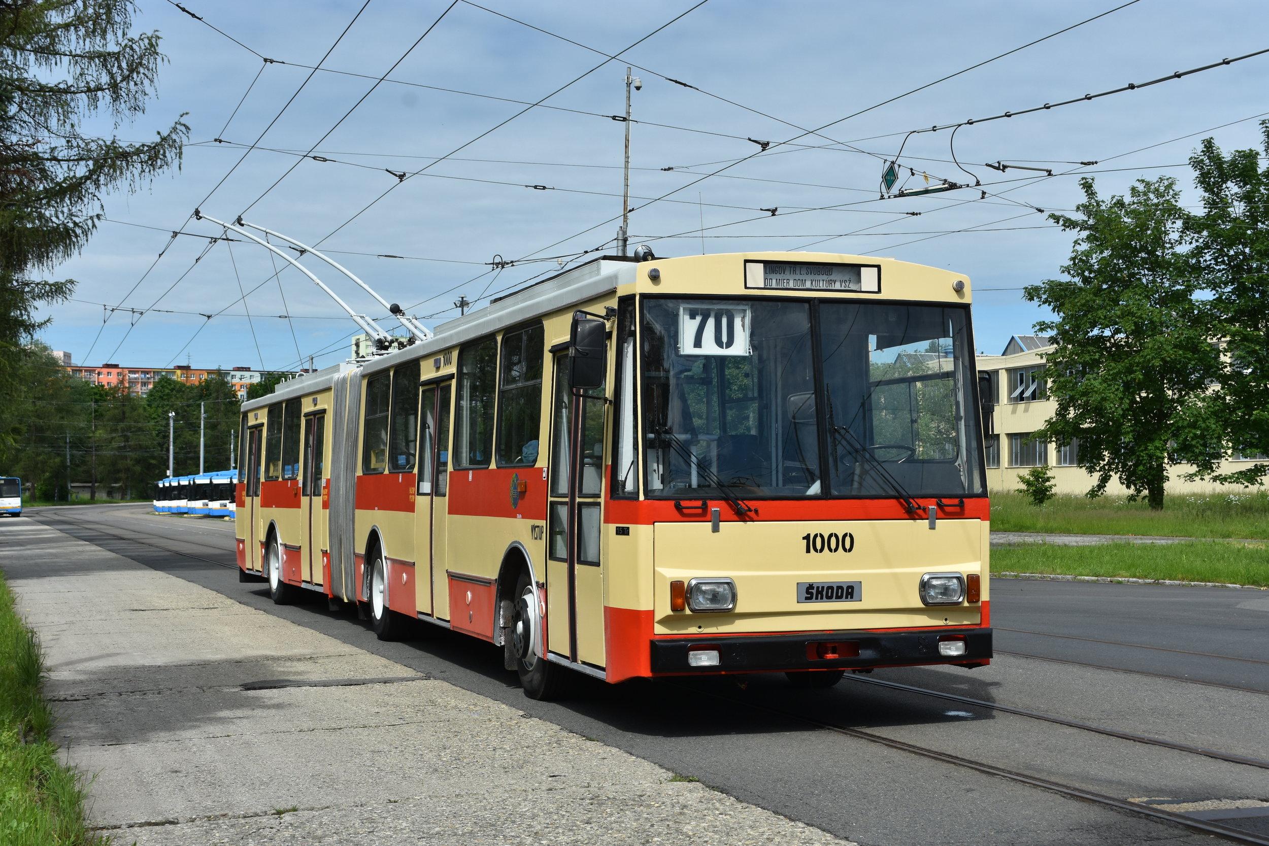 Trolejbus po dokončení opravy na zkušební dráze v areálu společnosti Ekova Electric. Z Chomutova se vůz dostal přes Opavu až do Košic. A vystřídal během toho několik barevných provedení. (foto: Libor Hinčica)