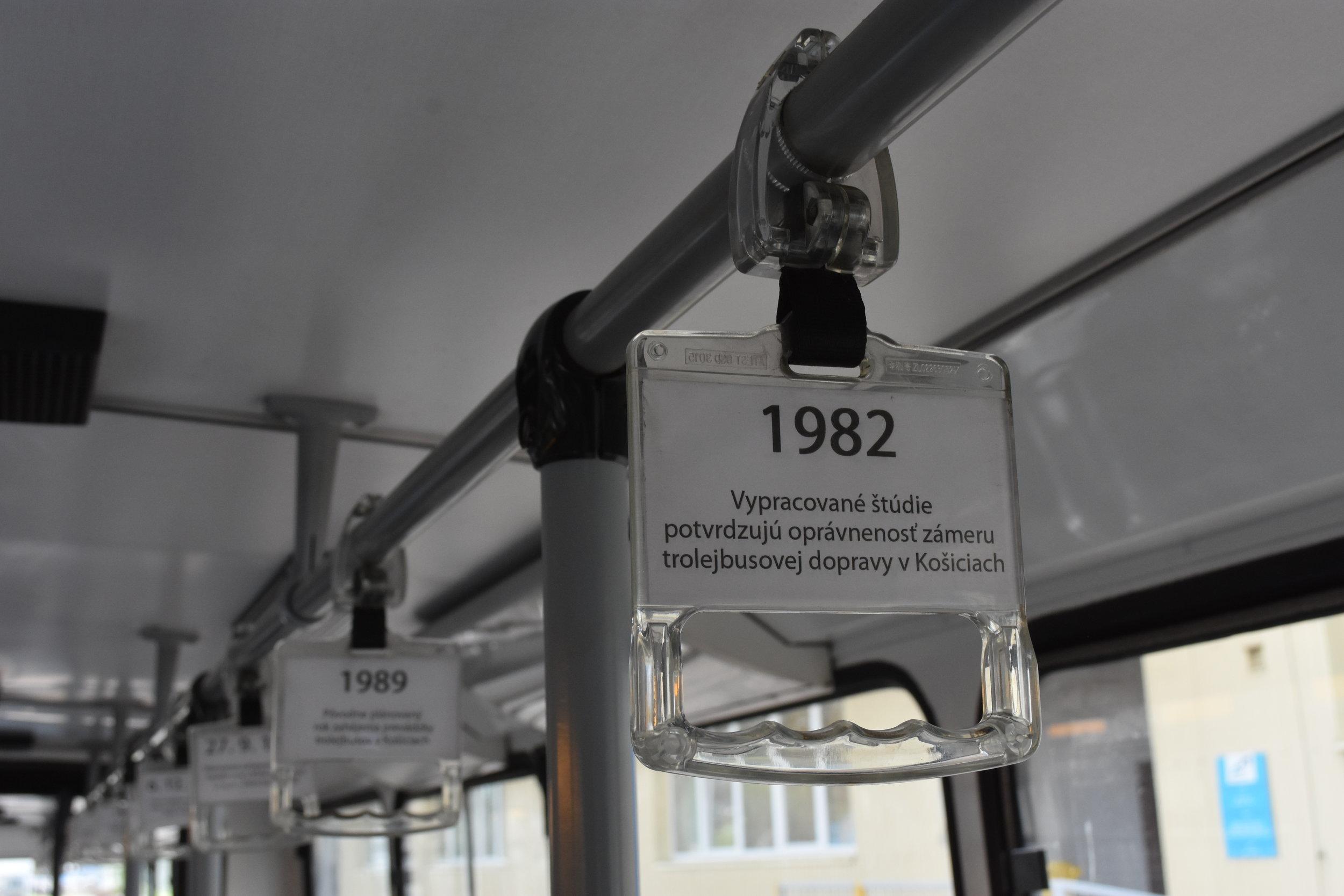 Utažení reklamních madel z Chomutova vedlo k poškození krytiny zádržných tyčí. Proto bylo rozhodnuto, že plastová madla ve voze zůstanou. Mají však novou funkci. Zájemci si na nich mohou prostudovat stručnou historii trolejbusové dopravy v Košicích a místního vozového parku. (foto: Libor Hinčica)