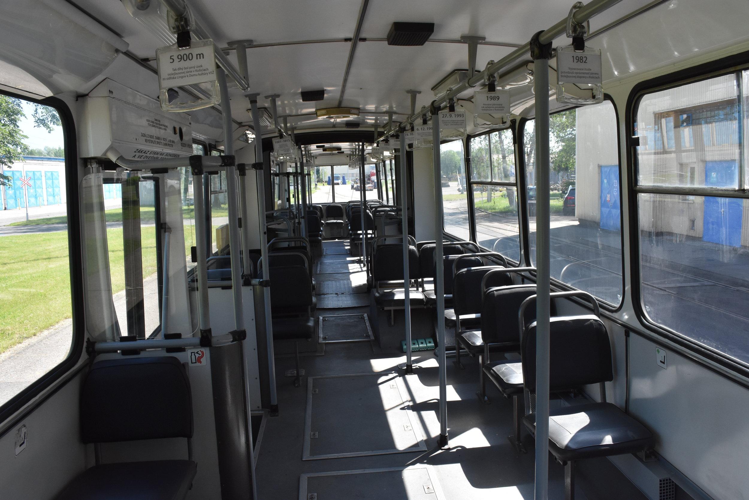 """Upravený interiér vozidla. Žlutou nahradila na madlech i sedačkách šedá, opravena byla také zkorodovaná místa dveří a okenní části. """"Chomutovská"""" bílá v interiéru ale zůstala zachována."""