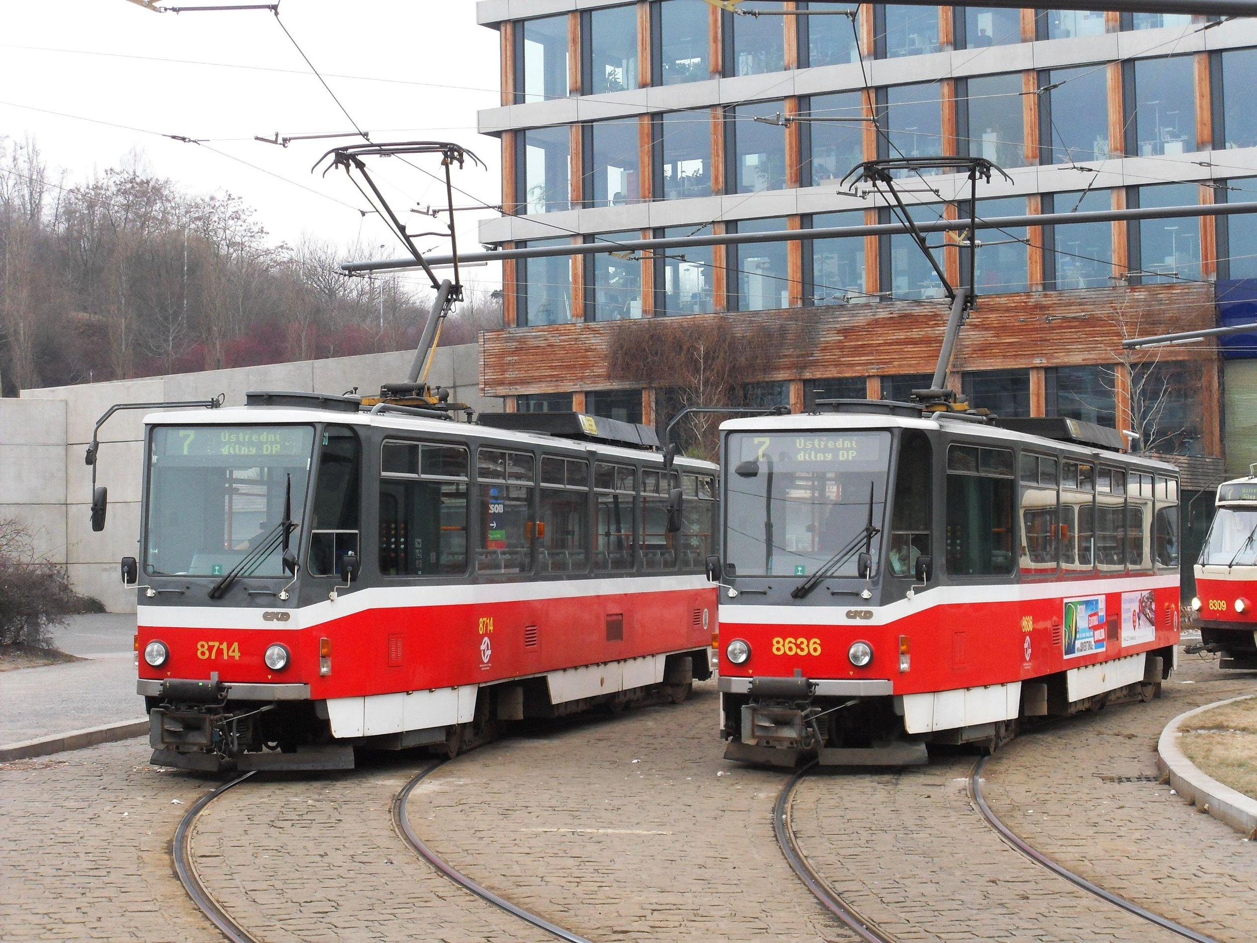 Dvojice tramvají typu T6A5 na smyčce Radlická v Praze dne 27. 2. 2011. (zdroj: Wikipedia.org, foto: Harold)