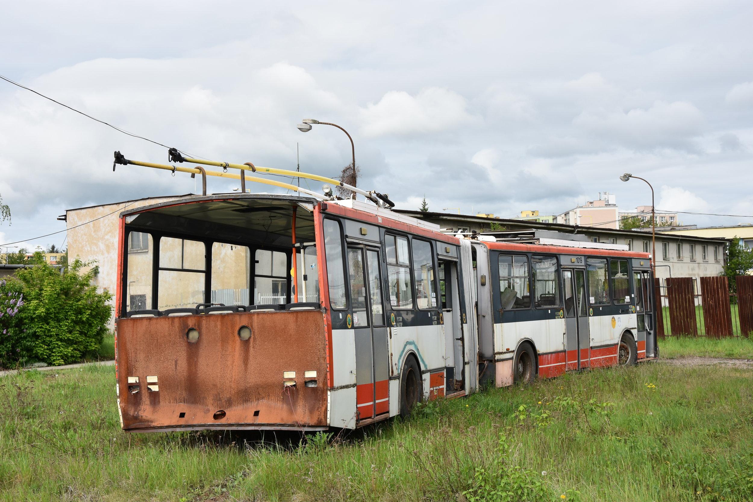 Smutný osud košického trolejbusu Škoda 15 TrM ev. č. 1019. Na trolejbuse ještě byla zahájena oprava. Nikdy už nebyla dokončena. (foto: Libor Hinčica)