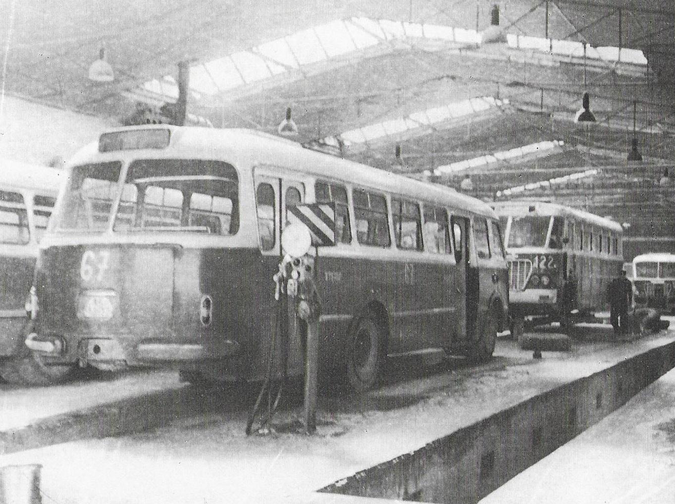 Autobus Škoda 706 RTO ev. č. 67 v dílně. Vůz byl vyroben v roce 1960 a patřil tak mezi první košické vozy RTO. V provozu se udržel až do roku 1973. V pozadí vidíme autobus Ikarus 620 ev. č. 122. (foto: DPMK)