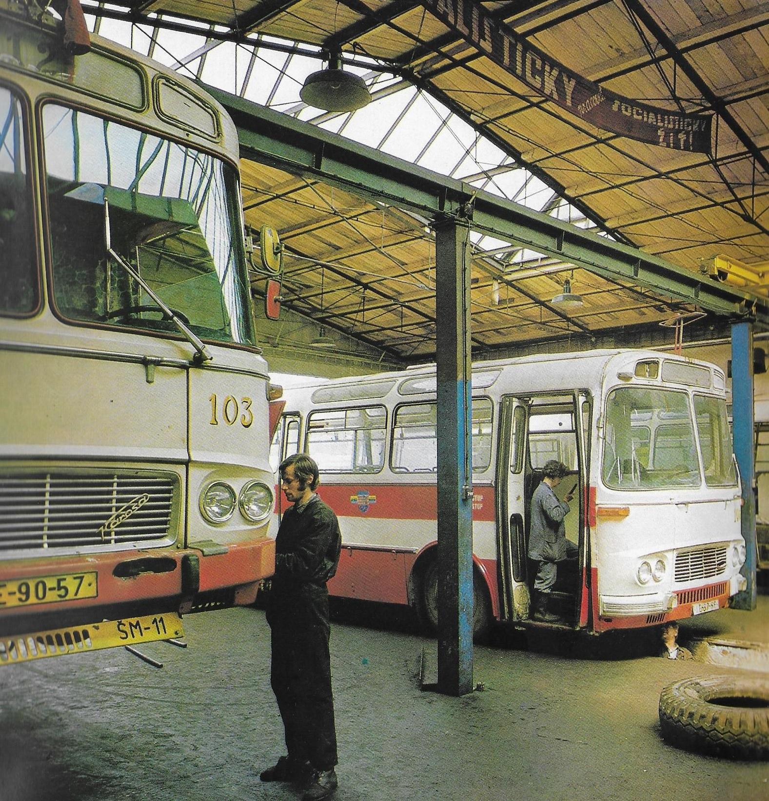 Údržba autobusů Karosa ŠM 11 v Košicích. (foto: DPMK)