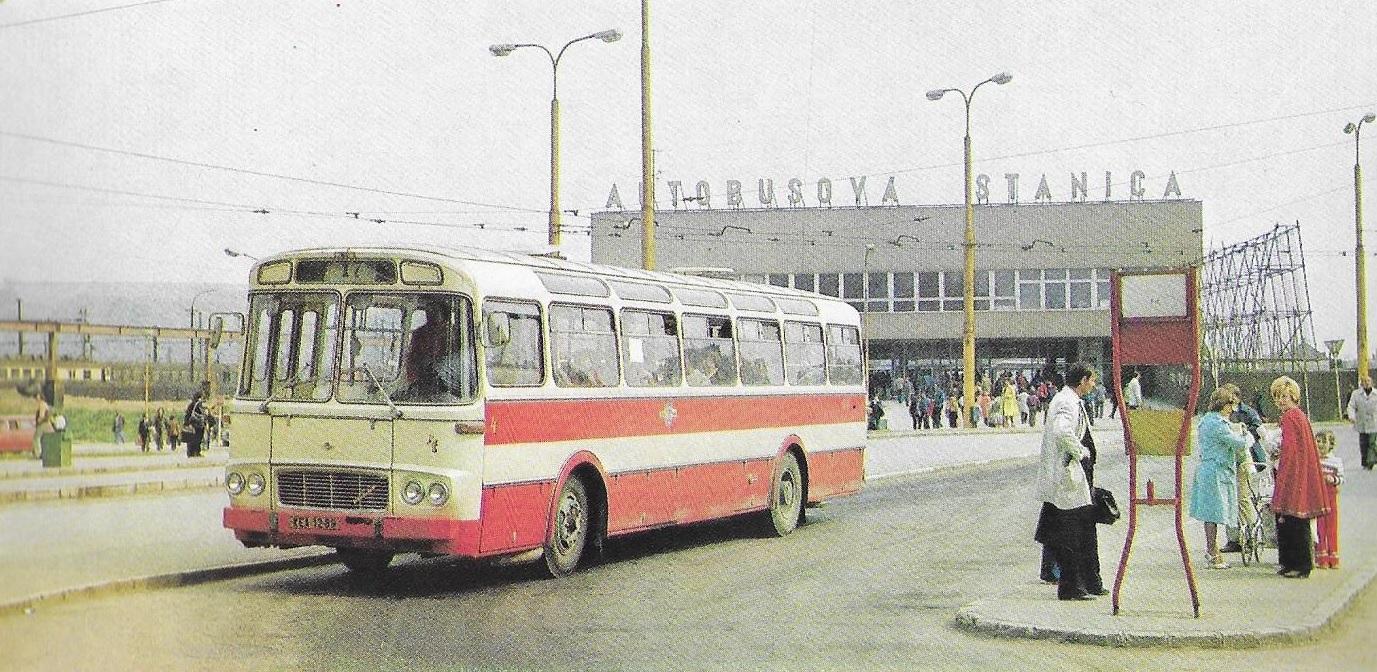 Vůz ev. č. 4 z roku 1978 u hlavního nádraží a autobusové stanice. Později byl vůz přečíslován na číslo 5051 a vyřazení se dočkal v roce 1985. (foto: DPMK)