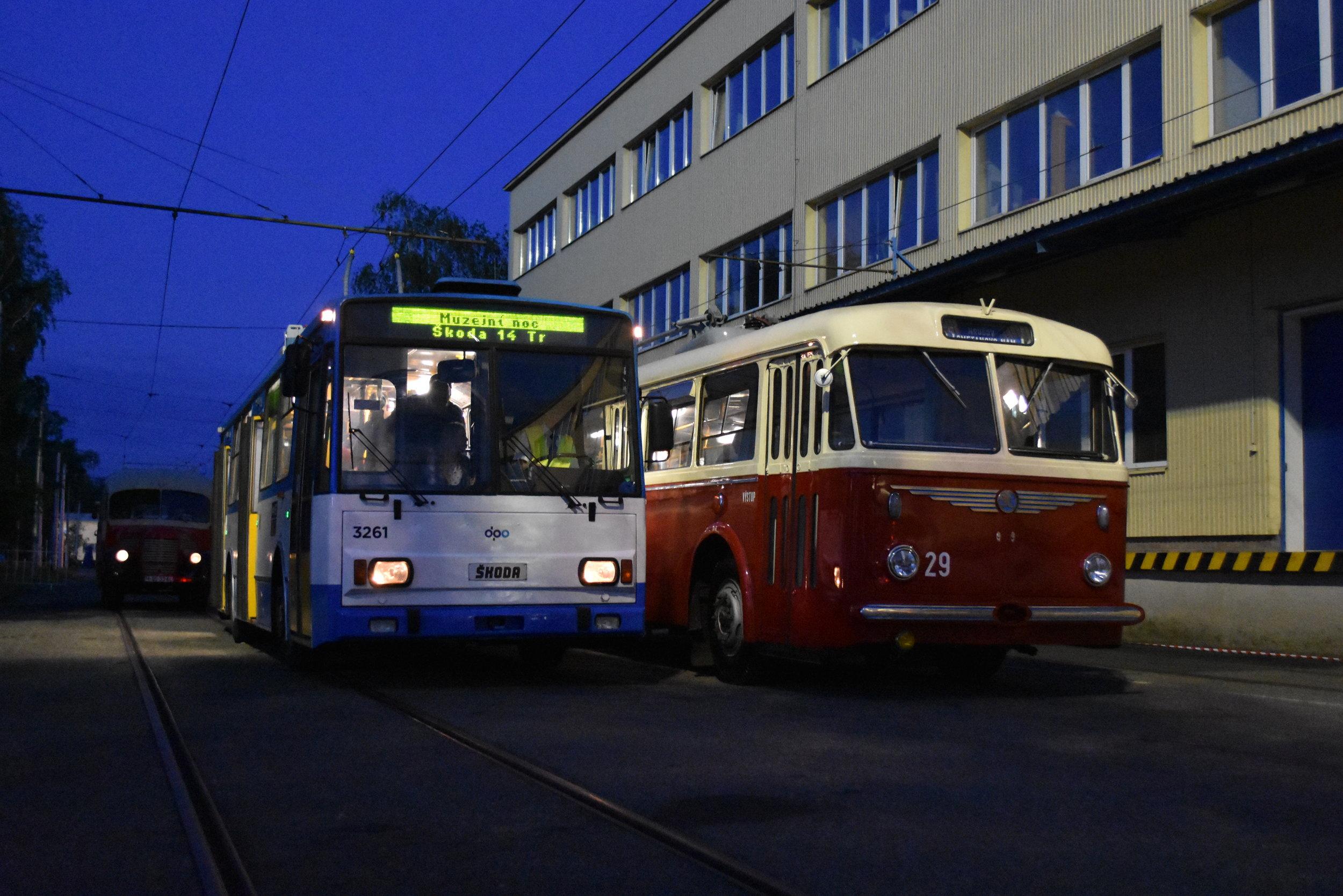 """Čtrnáctka"" se střídala na okružní trase s vozem Škoda 8 Tr ev. č. 29 (ex-Zlín, resp. Gottwaldov ev. č. 32). (foto: Libor Hinčica)"