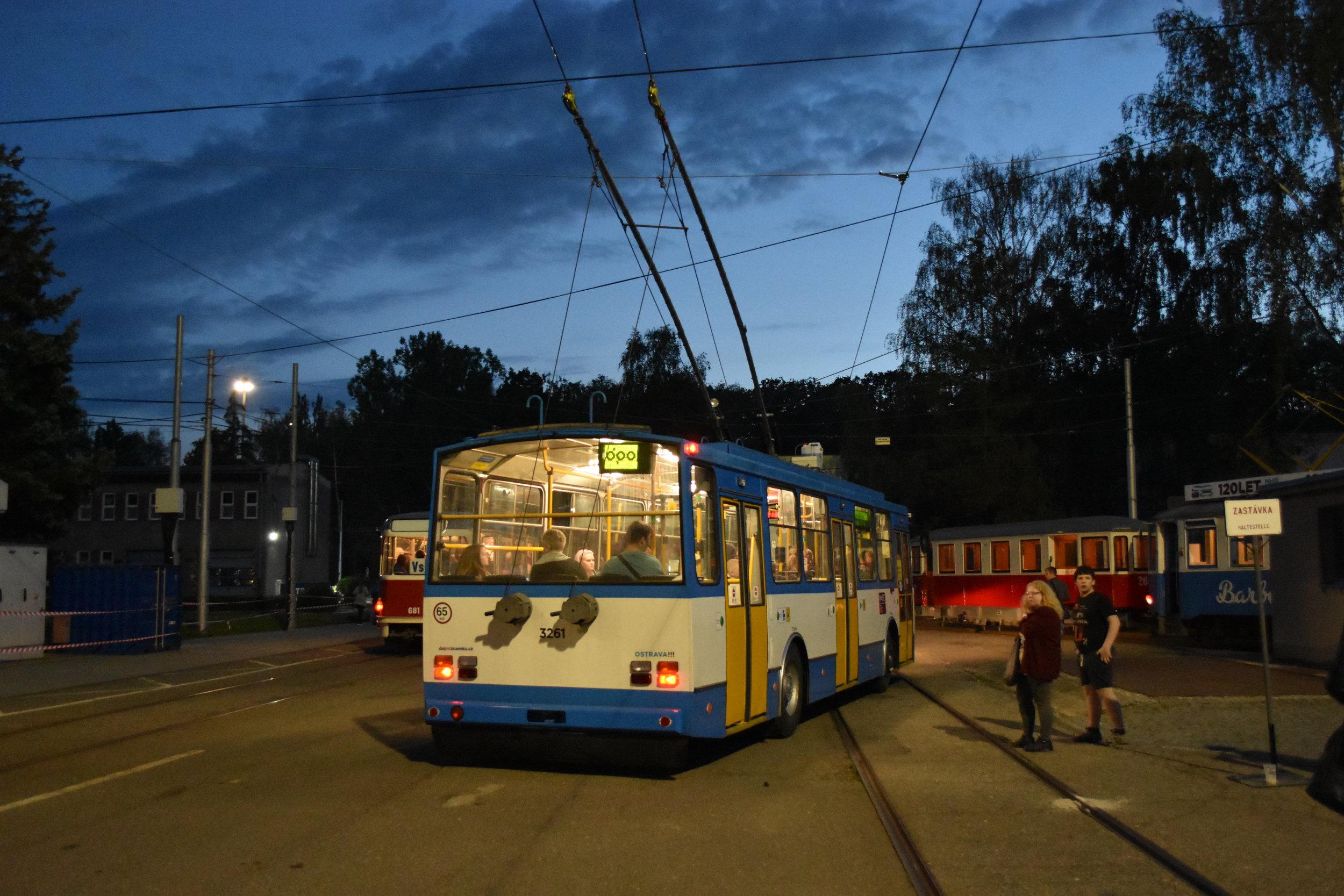 Trolejbus škoda 14 Tr ev. č. 3261 na ostravské Muzejní noci. Nad druhými dveřmi jde vidět nádržku s nemrznoucí směsí nanášenou v zimě na trolejový drát. (foto: Libor Hinčica)