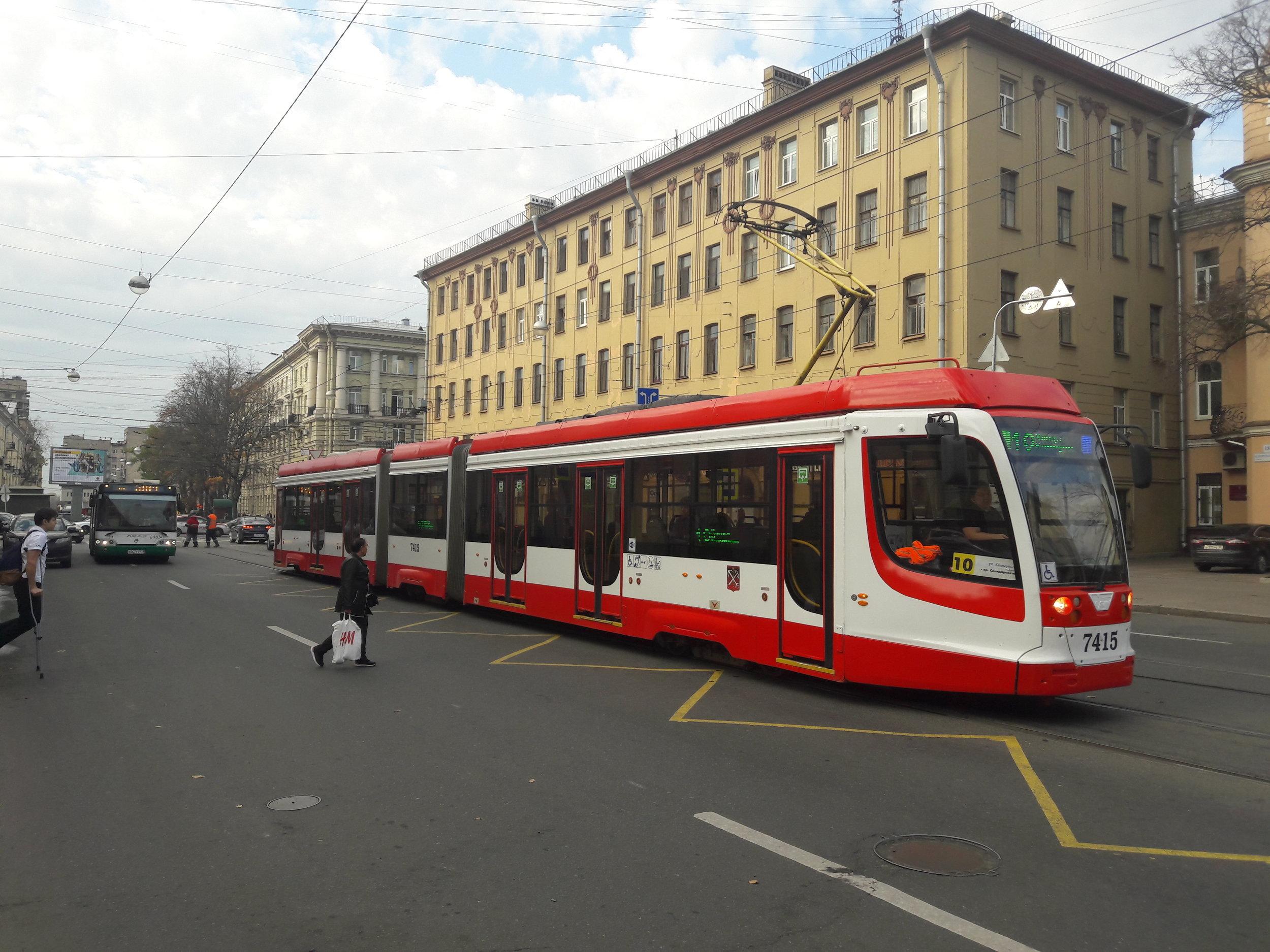 """Výchozí verze 71-631 byla dodána do Petrohradu v letech 2013 a 2014. Kromě toho jsou ještě ve městě v provozu obousměrné (se dveřmi na obou stranách a dvěma kabinami) podtypy 71-631-02 (15 ks) a 71-631-02.02 (16 ks, jiná výzbroj). Dále existuje v inventáři ještě jeden jednosměrný """"bratr"""", a sice podtypu 71-631-01, odlišující se předsuvnými dveřmi. Momentálně je tento jediný dosud vyrobený kus ev. č. 7405 (r. v. 2011) od dubna roku 2018 kvůli problémům v pohonné části mimo provoz. Dodejme, že Petrohrad je hotovou sbírkou různých tramvajových (pod)typů, momentálně jich pro provoz eviduje přes 30! (foto: Vít Hinčica)"""