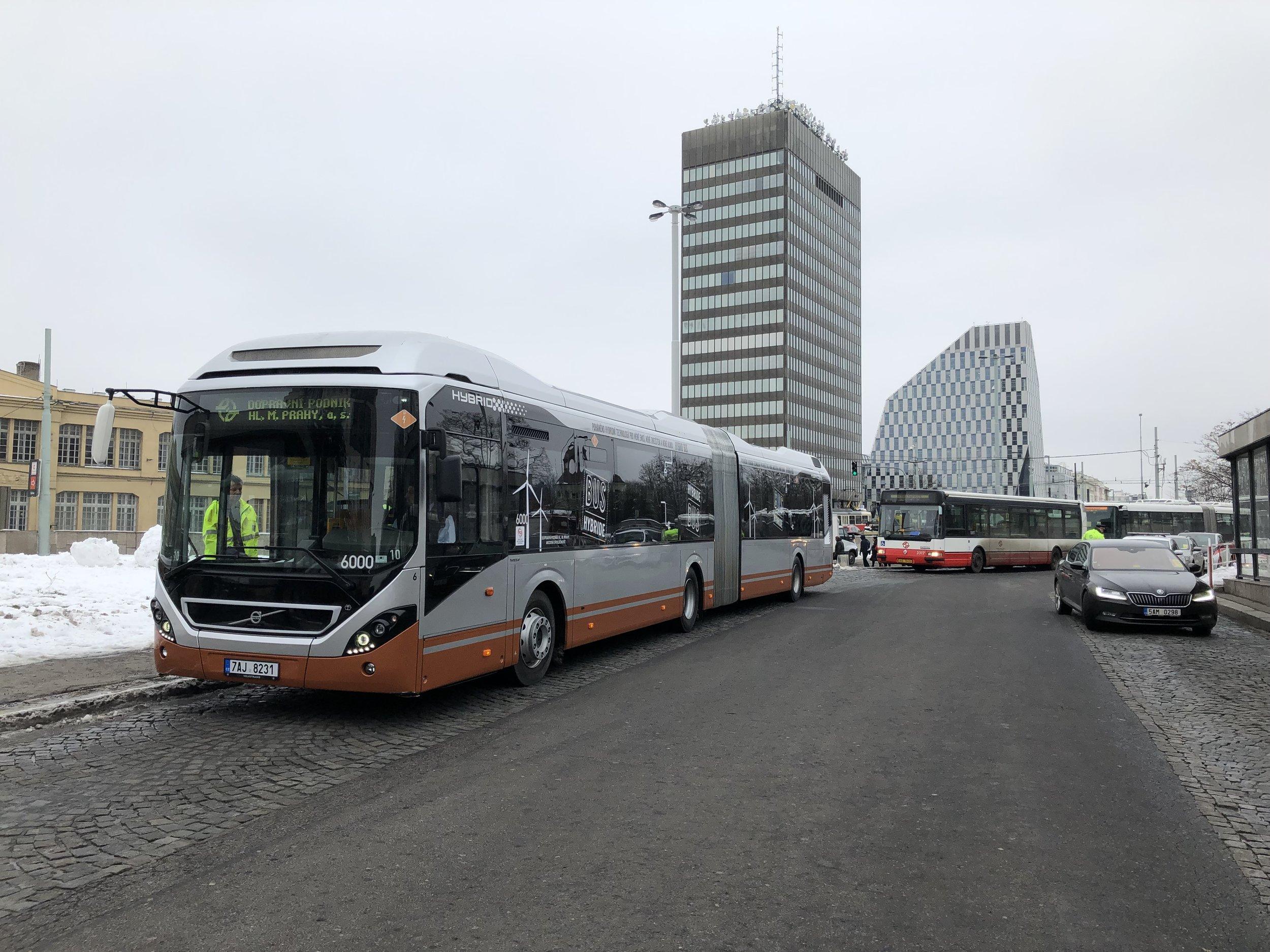 Volvo 7900A Hybrid během zkoušek v Praze. (foto: Volvo Buses)