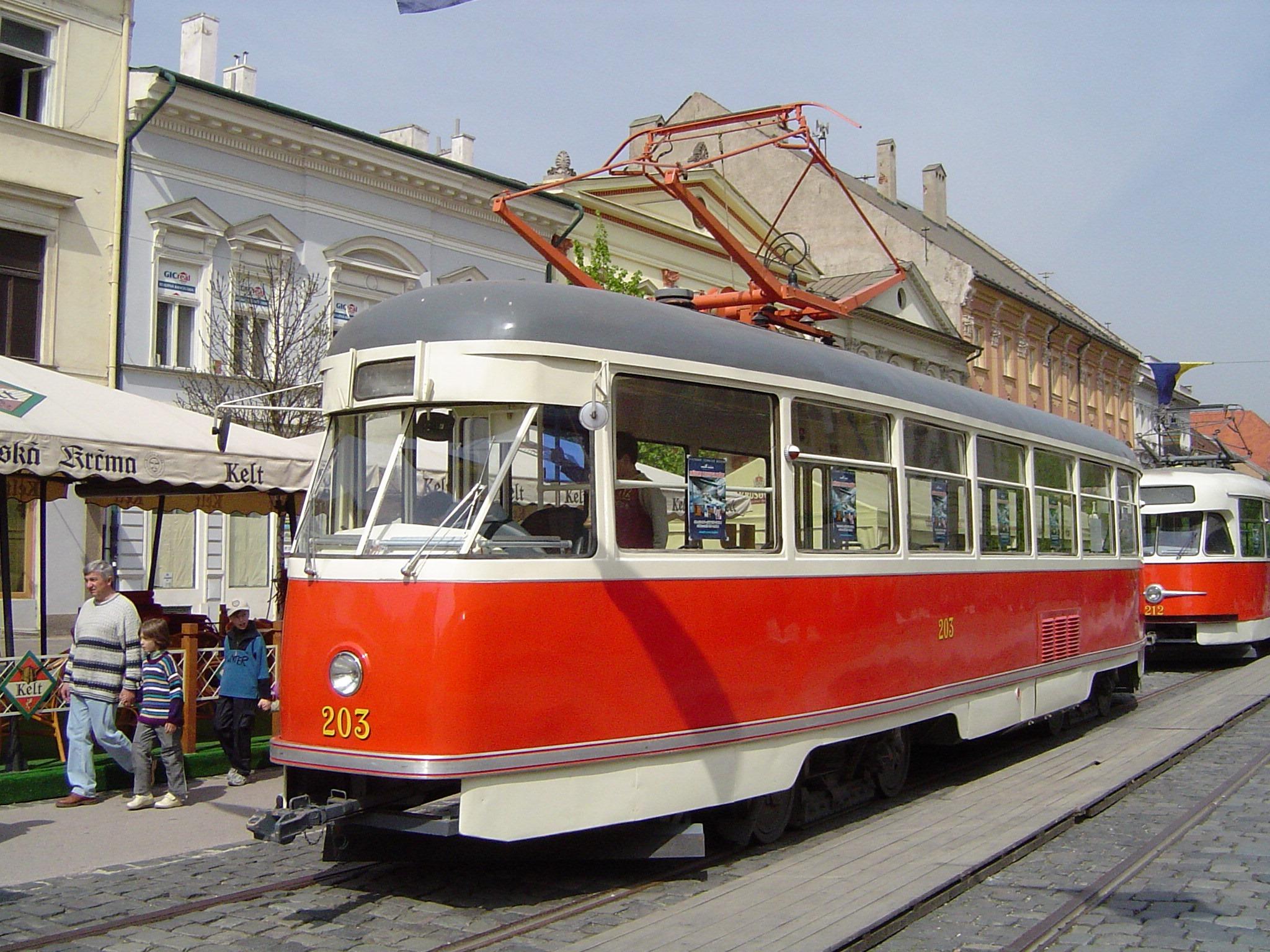 Tramvaj T1 ev. č. 203 je původním košickém vozem téhož evidenčního čísla. Její současná podoba je ale dána úpravami, kterými vůz prošel v Ostravě, kde nesl ev. č. 683. (foto: František Šimčák)