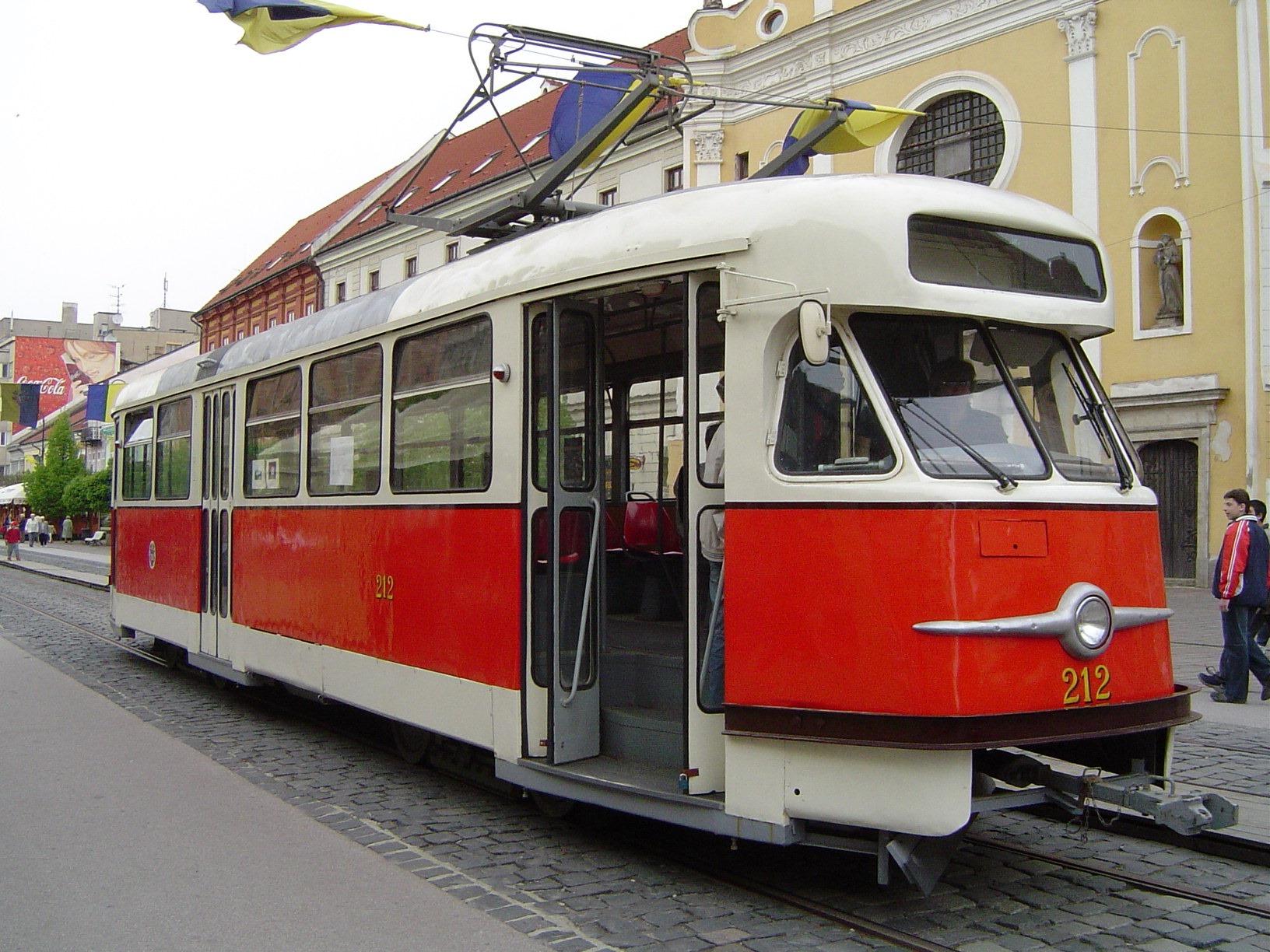 Tramvaj T2 ev. č. 212 je původně ostravským vozem ev. č. 619 z roku 1960. (foto: František Šimčák)