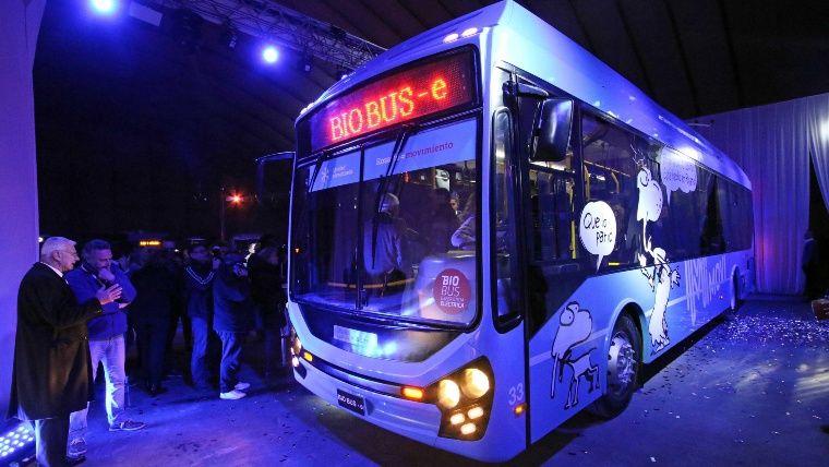 Nový trolejbus byl představen až o půl osmé večer a kvalitní snímek, který by se dal použít, nebyl zveřejněn žádný. (foto: Provincia de Santa Fe/Ciudad de Rosario/Movi)