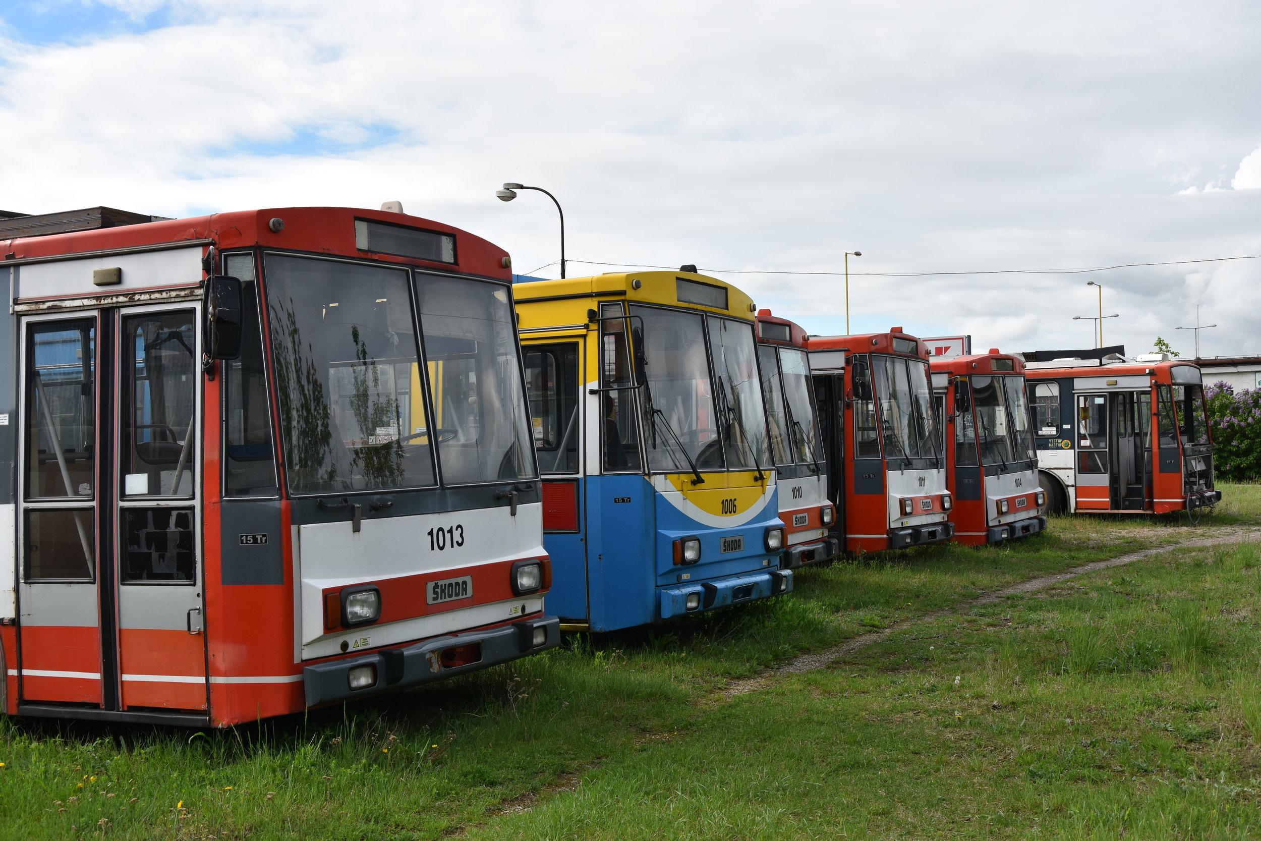 Odstavené trolejbusy v areálu tramvajové vozovny. Tzv. Trolejbusový hřbitov (slovensky cintorín) je netradičním bodem programu. (foto: Libor Hinčica)