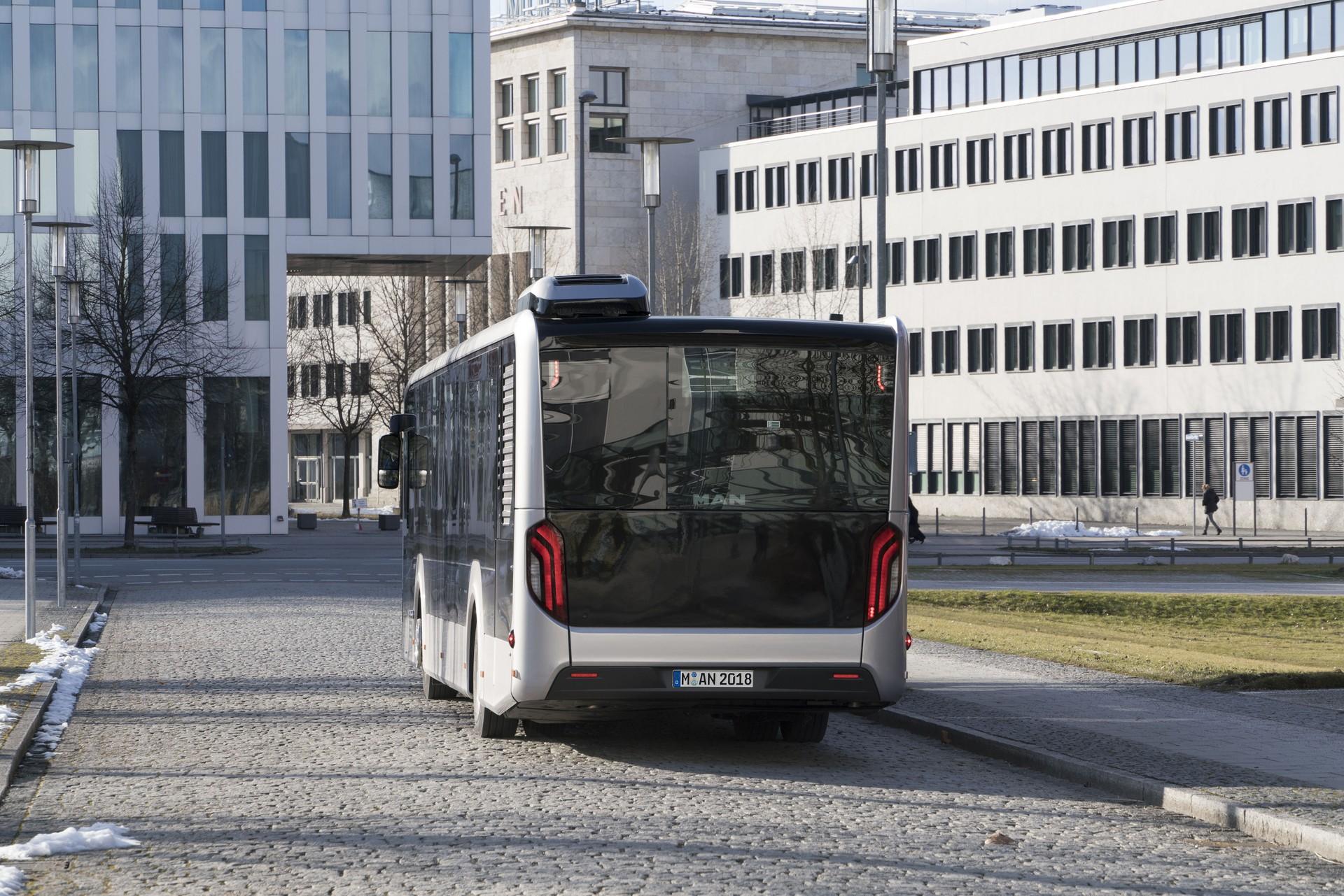 MAN EfficeinetHybrid, jehož modul lze vidět na této fotografii, nelze v žádném případě požadovat za řešení klasického hybridu. Jedná se jen o pomocníka, který využívá přeměnu kinetické energie na elektrickou, která ale není následně používána přímo v pohonu vozidla. (foto: MAN Truck & Bus)